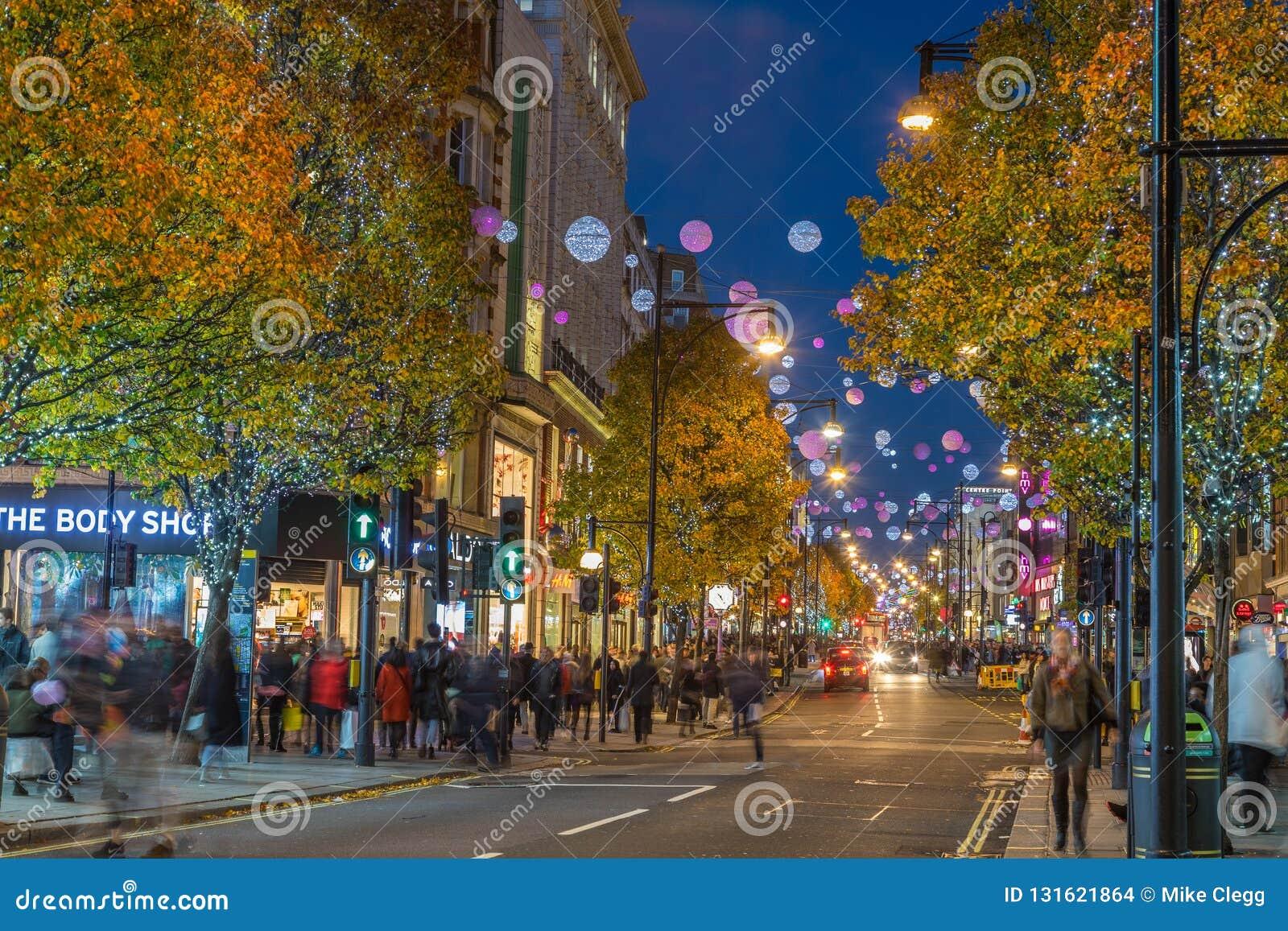LONDON UK - 11TH NOVEMBER 2018: Sikter längs Oxford Street med färgglat julpynt och ljus Massor av människor kan vara