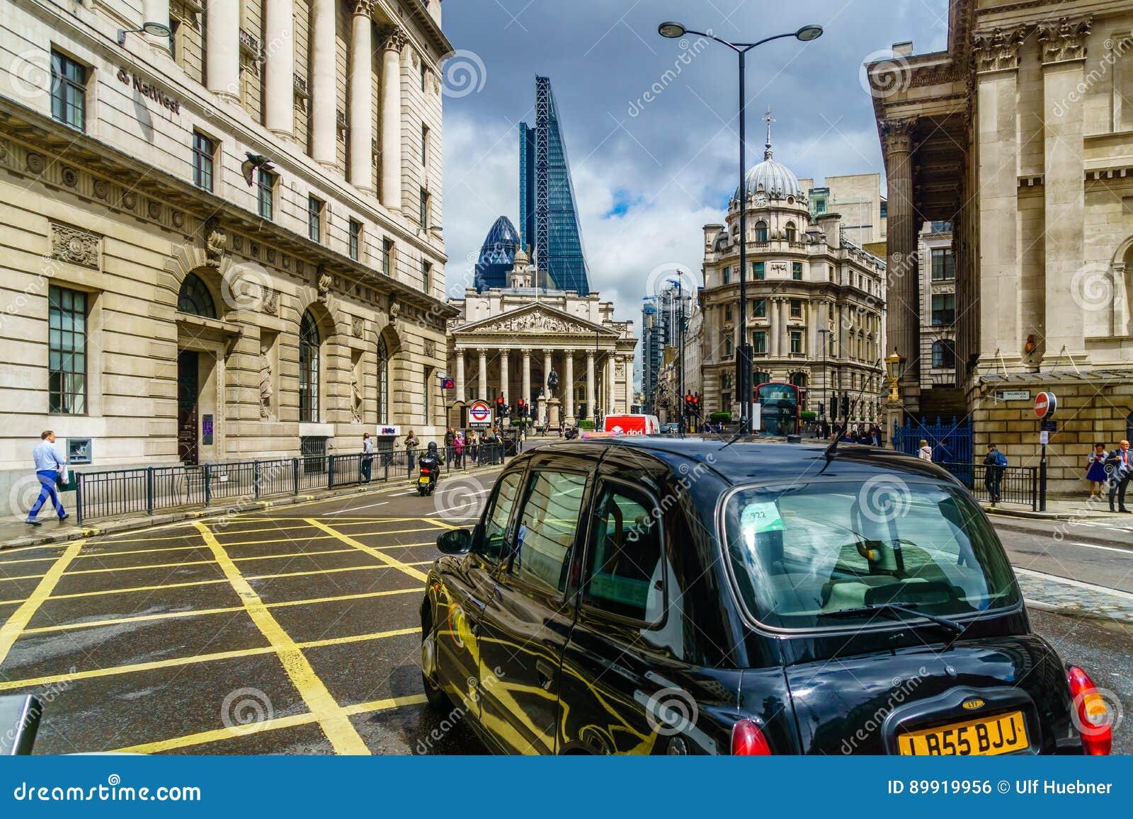 London, Vereinigtes Königreich - 20. Juni 2016: Ansicht über schwarzes London-Fahrerhaus durch Bankstation in London