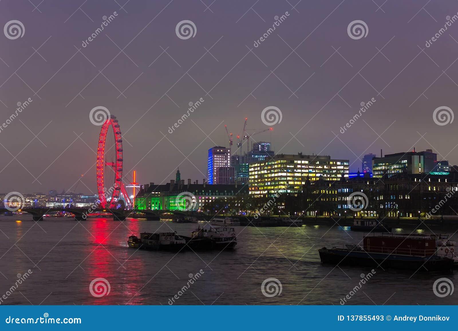 LONDON, VEREINIGTES KÖNIGREICH - 23. NOVEMBER 2018: Ein Panorama London Eyes und des Südufers der Themses
