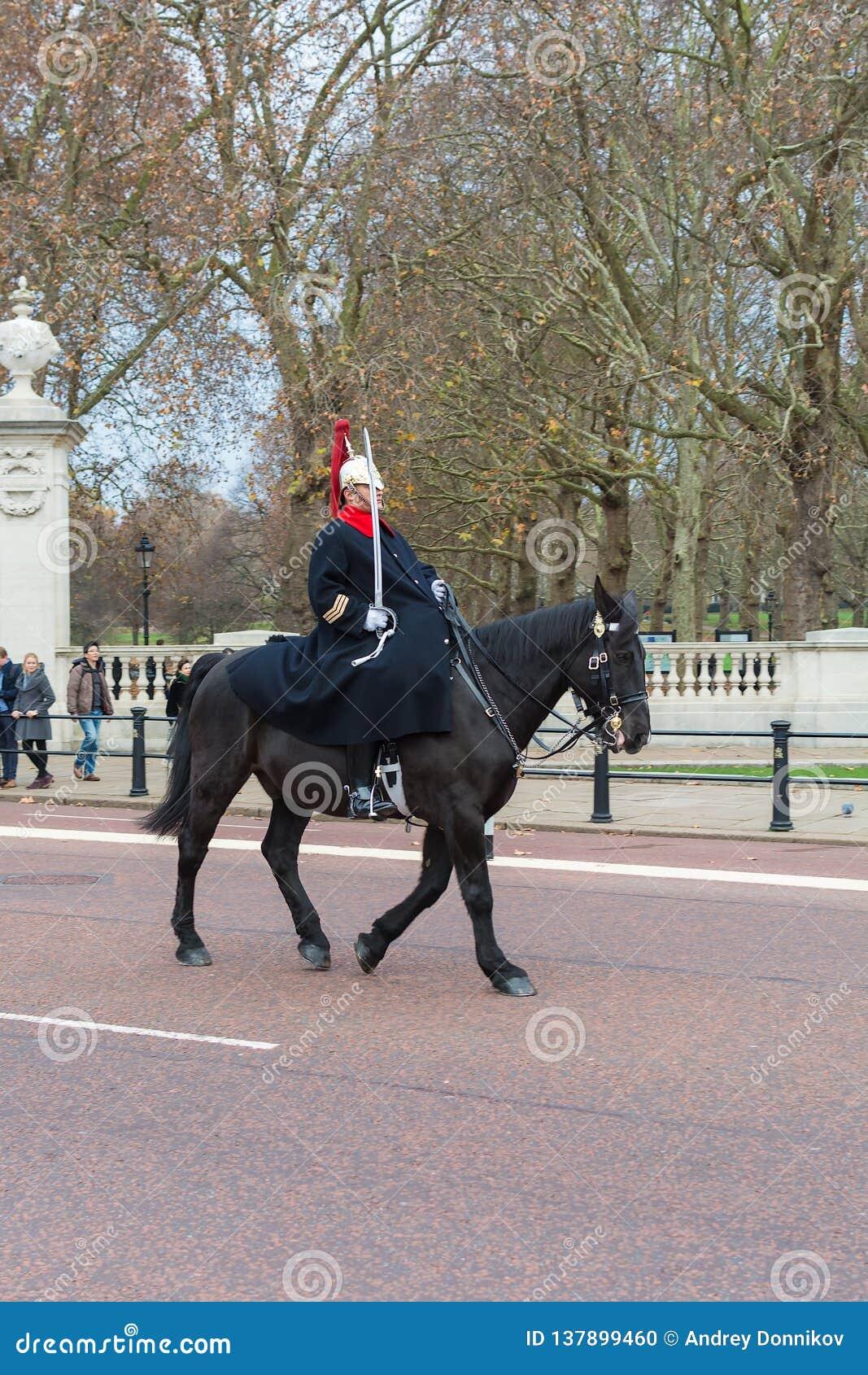 LONDON, VEREINIGTES KÖNIGREICH - 25. NOVEMBER 2018: Schutz berühmter London-Königin Pferde