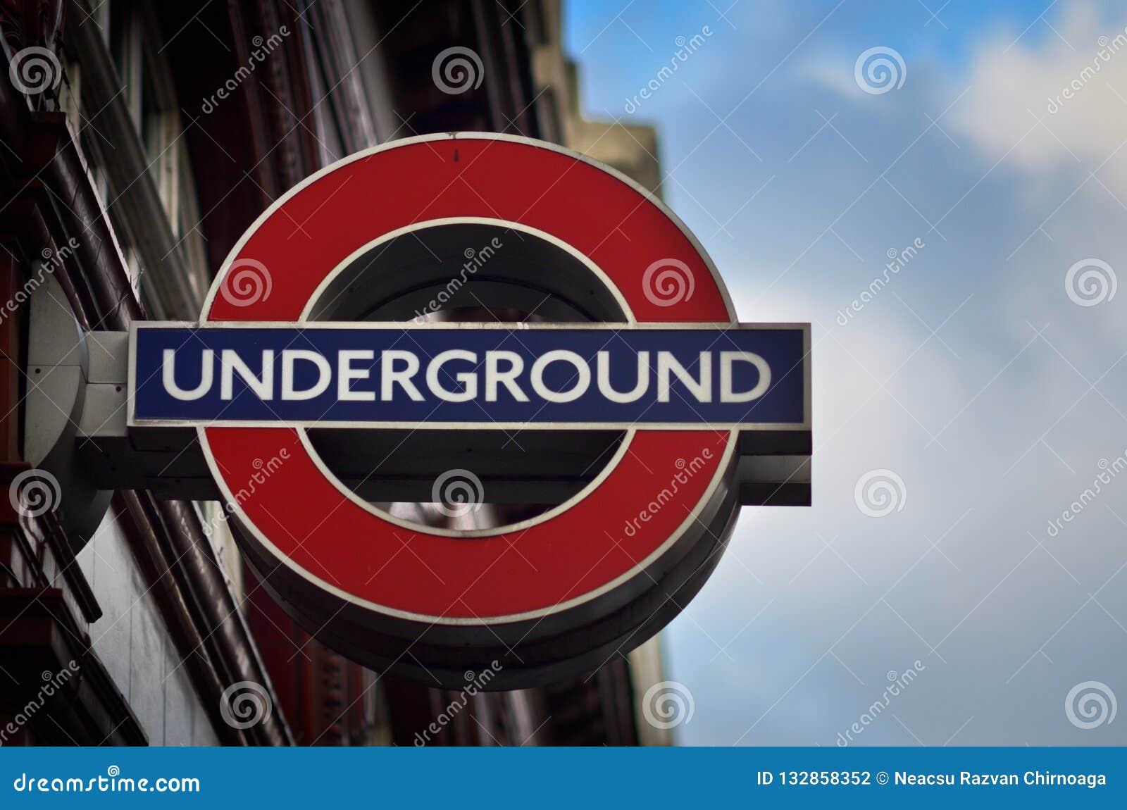 LONDON, VEREINIGTES KÖNIGREICH - 21. NOVEMBER: Simsen Sie Undeground in der Mitte O