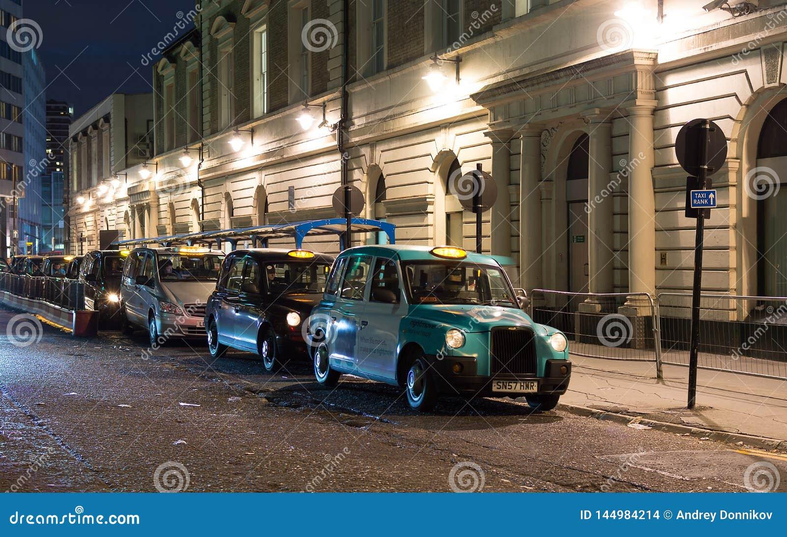 LONDON, VEREINIGTES K?NIGREICH - 25. NOVEMBER 2018: Taxischwarzfahrerhaus im Parkplatz an Victoria-Station