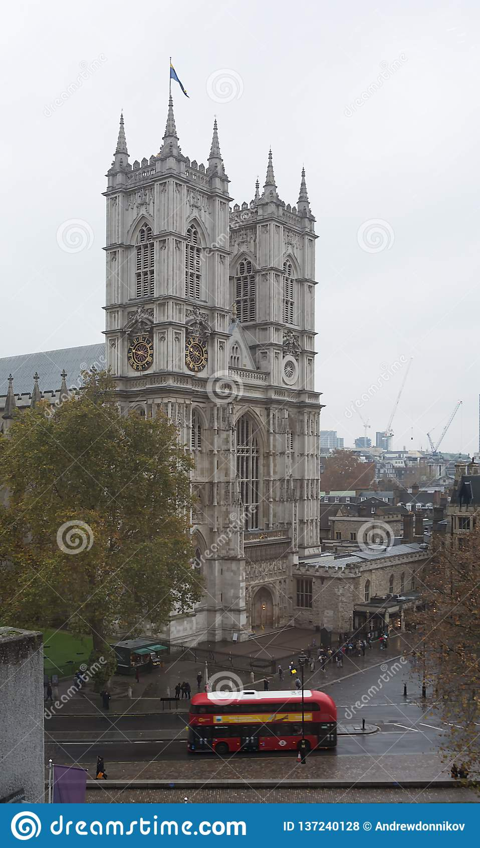 LONDON, VEREINIGTES KÖNIGREICH - 24. NOVEMBER 2018: Traditioneller roter Bus Londons, der nahe Westminster Abbey reist