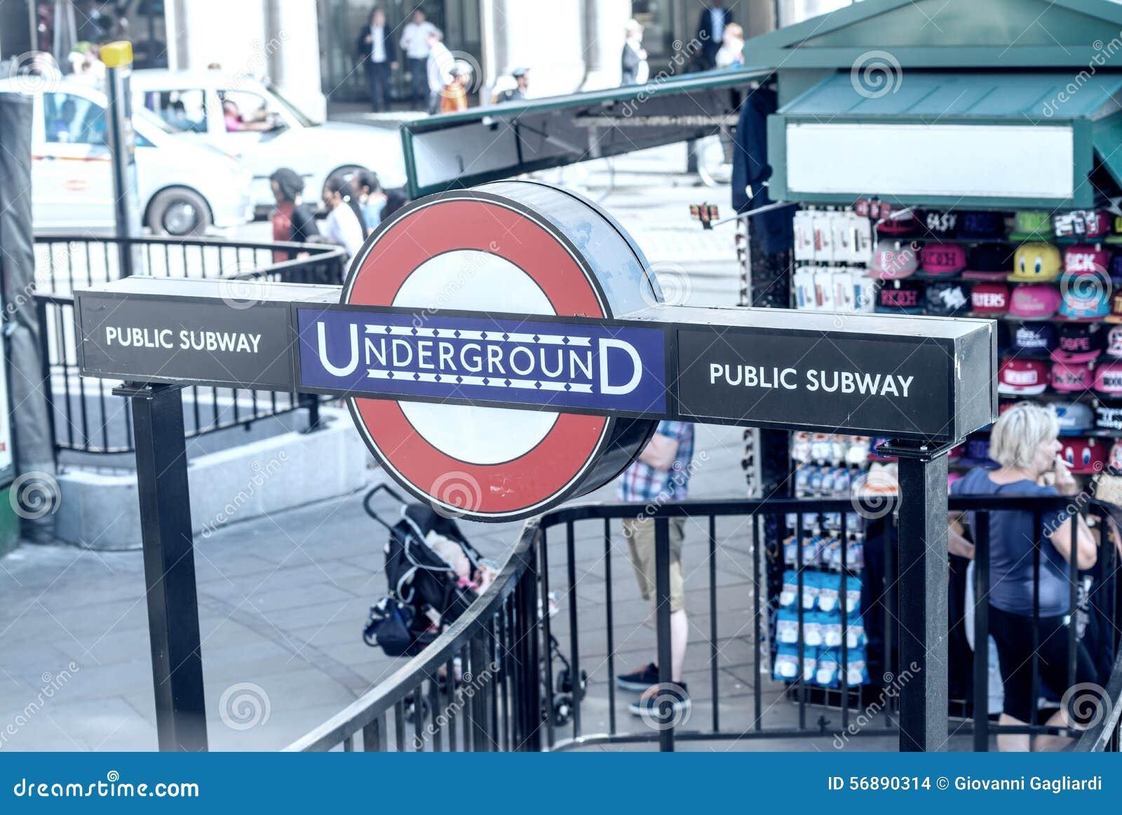 LONDRA - 13 GIUGNO: Entrata della stazione della metropolitana di Londra il 13 giugno,