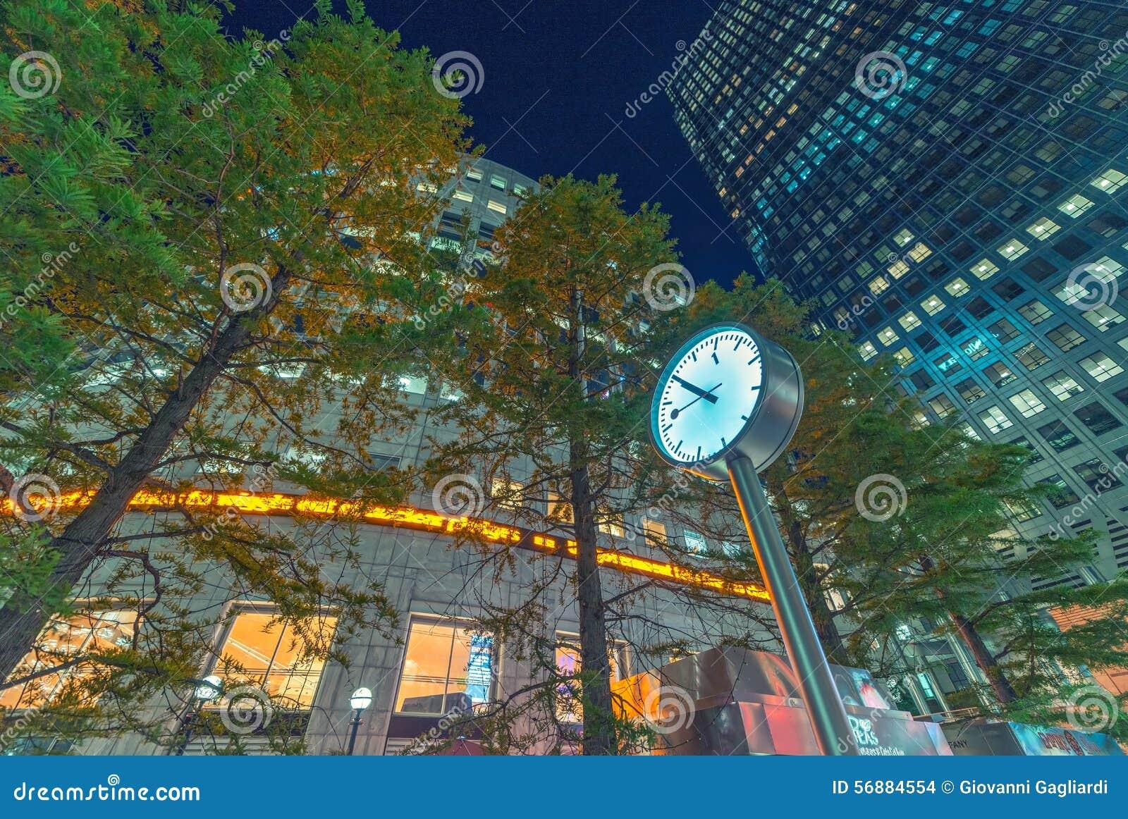 LONDRA - 14 GIUGNO 2015: Luci degli edifici di Canary Wharf a vicino