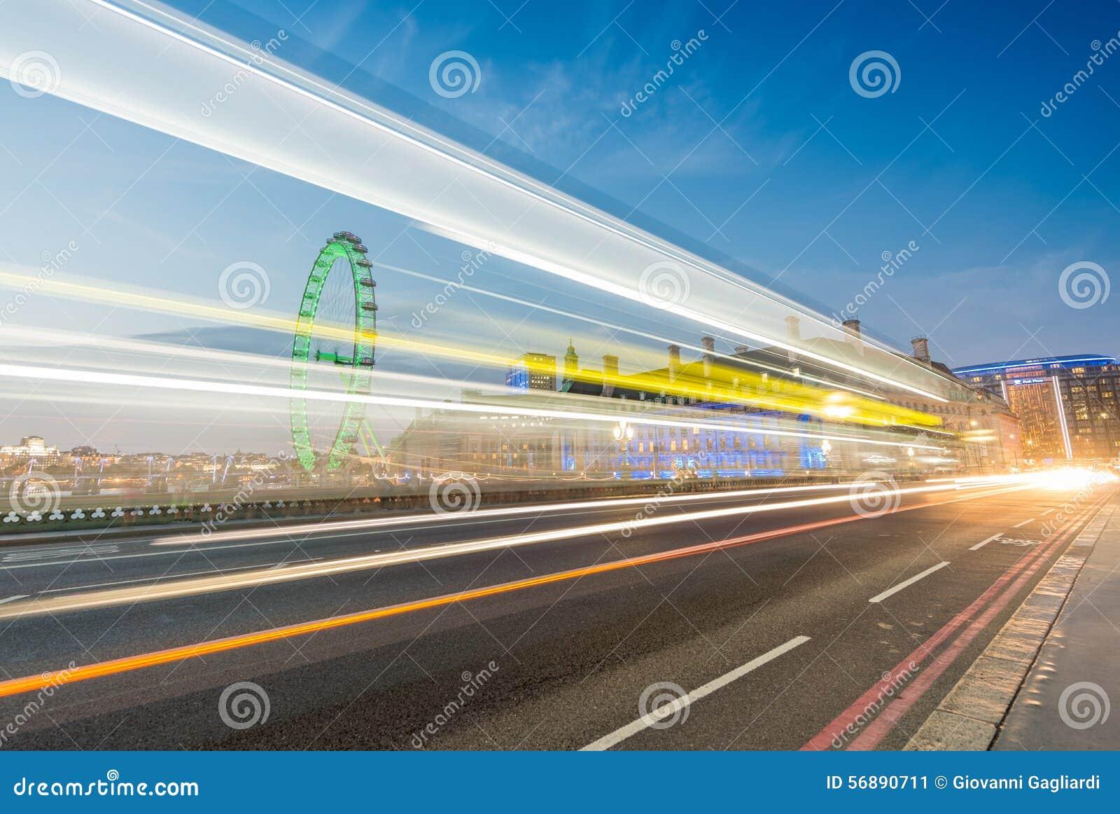 LONDRA - 13 GIUGNO 2015: Tracce della luce attraverso il ponte w di Westminster