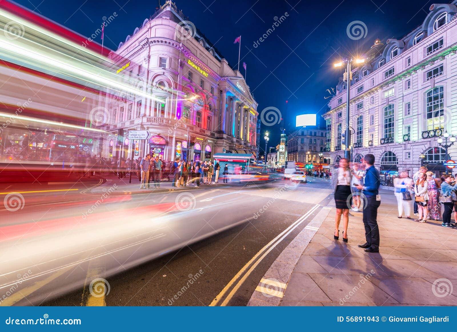 LONDRA - 16 GIUGNO 2015: Traffico nell area del circo di Piccadilly Picca