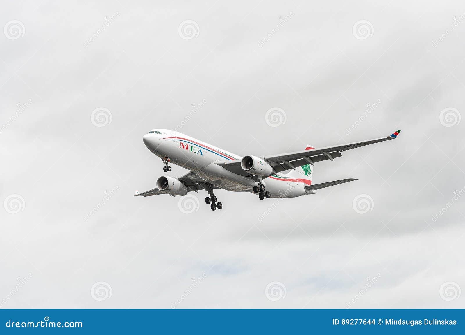 LONDRA, INGHILTERRA - 22 AGOSTO 2016: Atterraggio di OD-MEE MEA Airlines Airbus A330 nell aeroporto di Heathrow, Londra