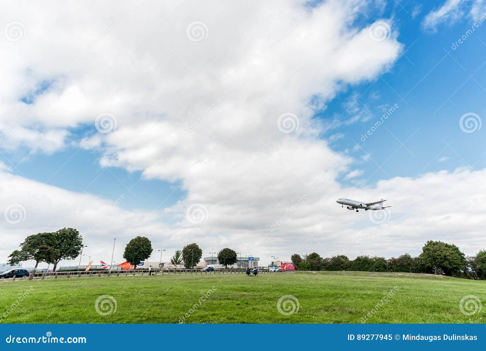 LONDRA, INGHILTERRA - 22 AGOSTO 2016: Atterraggio di SX-DGT Aegean Airlines Airbus A321 nell aeroporto di Heathrow, Londra