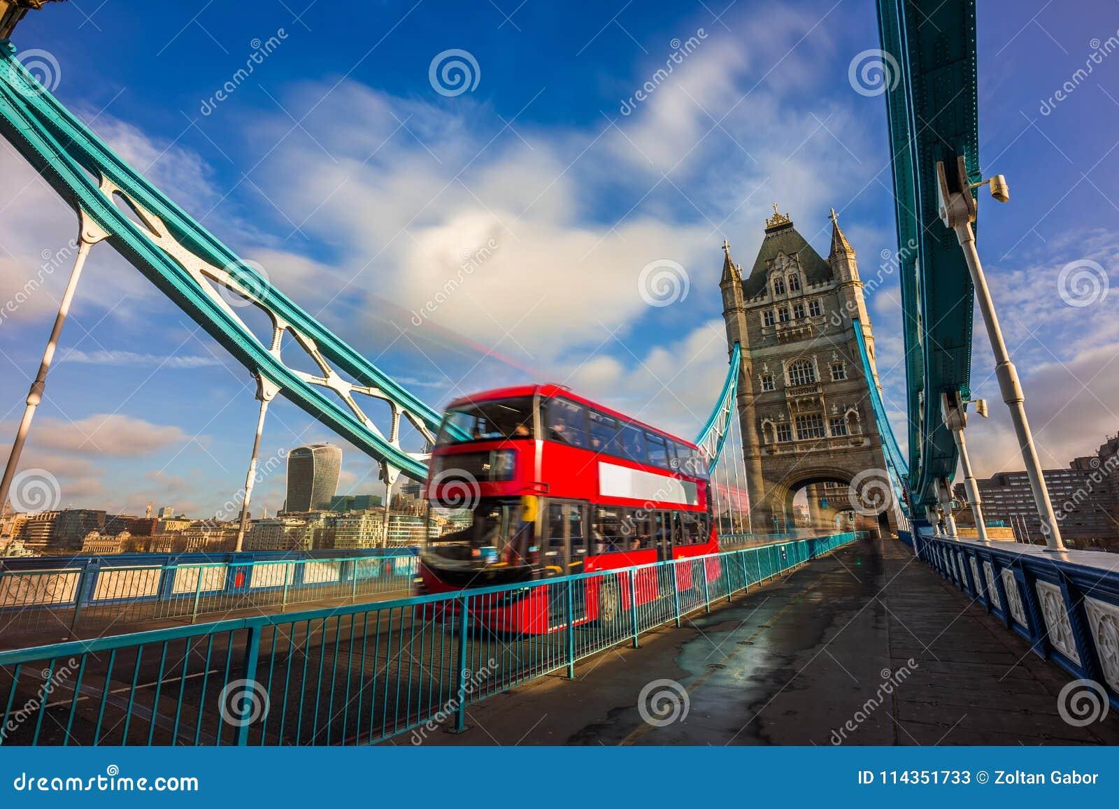 Londra, Inghilterra - autobus a due piani rosso iconico nel moto sul ponte famoso della torre