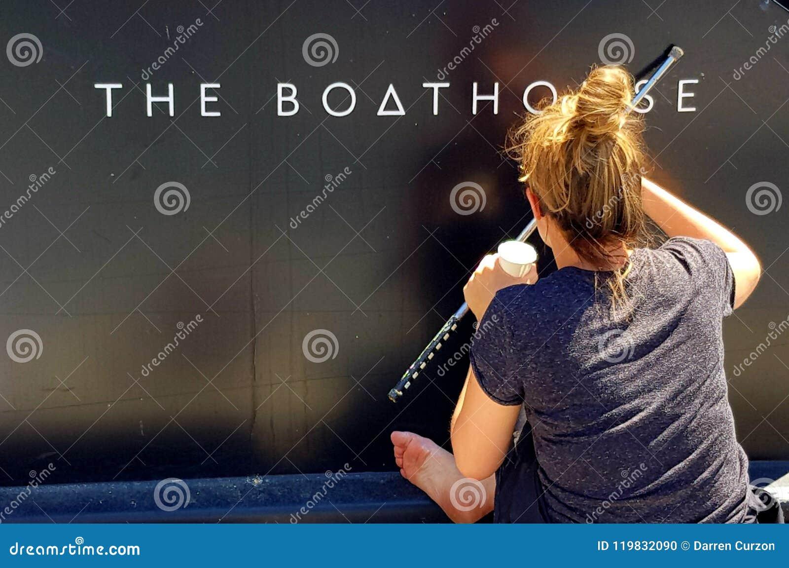 Londra, Inghilterra - 25 giugno 2018 - una giovane segno-scrittura della femmina il nome sul lato di un crogiolo di canale, nel b