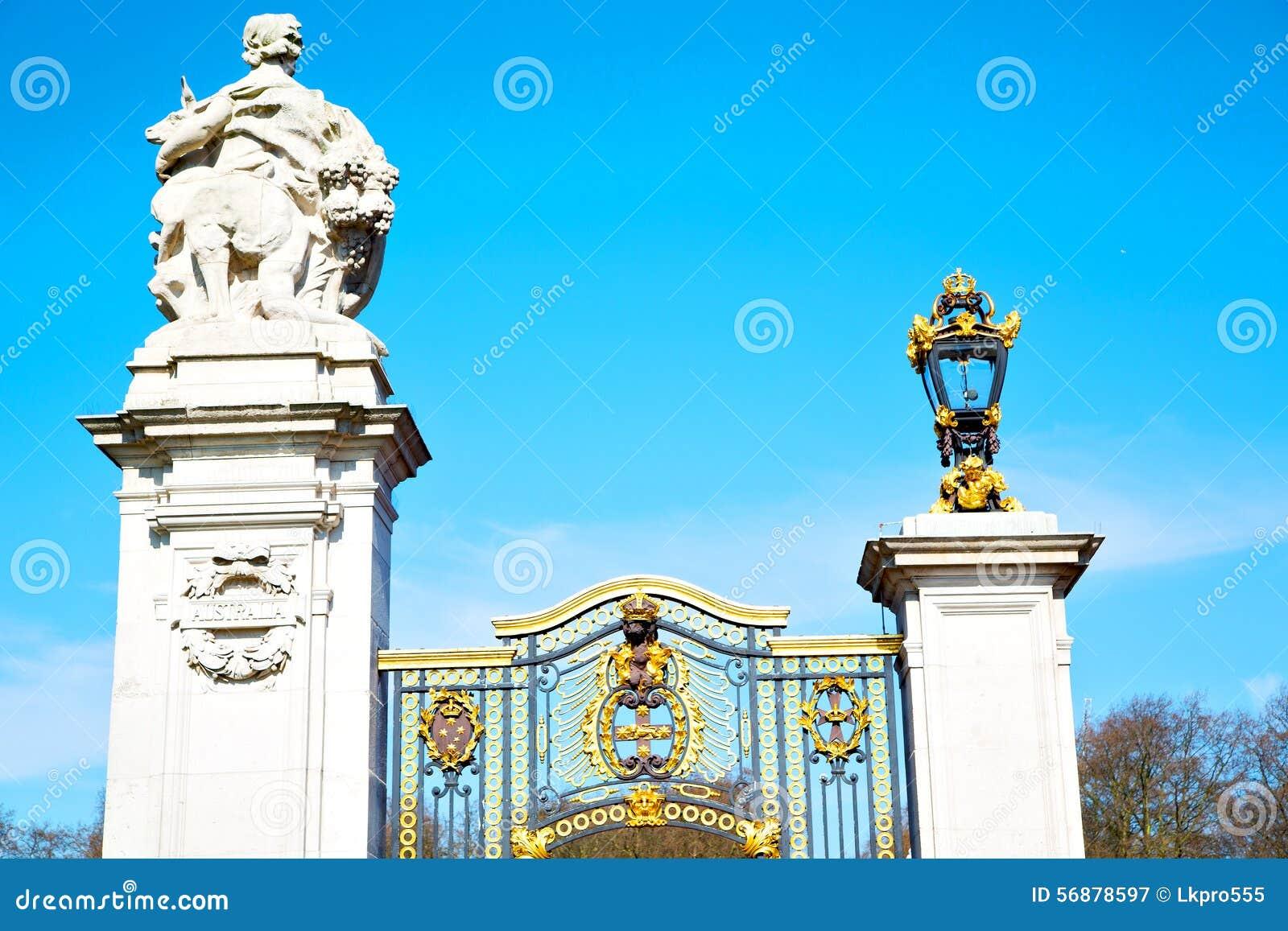 A Londra Inghilterra il vecchio palazzo reale del portone del metallo