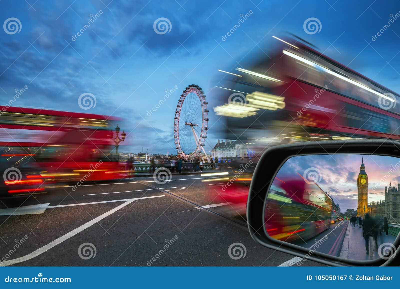 Londra, l Inghilterra - autobus a due piani rossi iconici sul movimento sul ponte di Westminster con Big Ben e Camere del Parlame