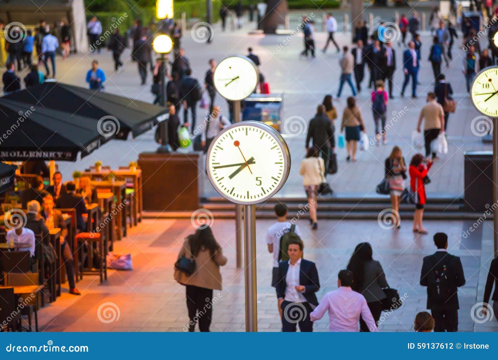 LONDRA, quadrato BRITANNICO di affari di Canary Wharf con gli orologi