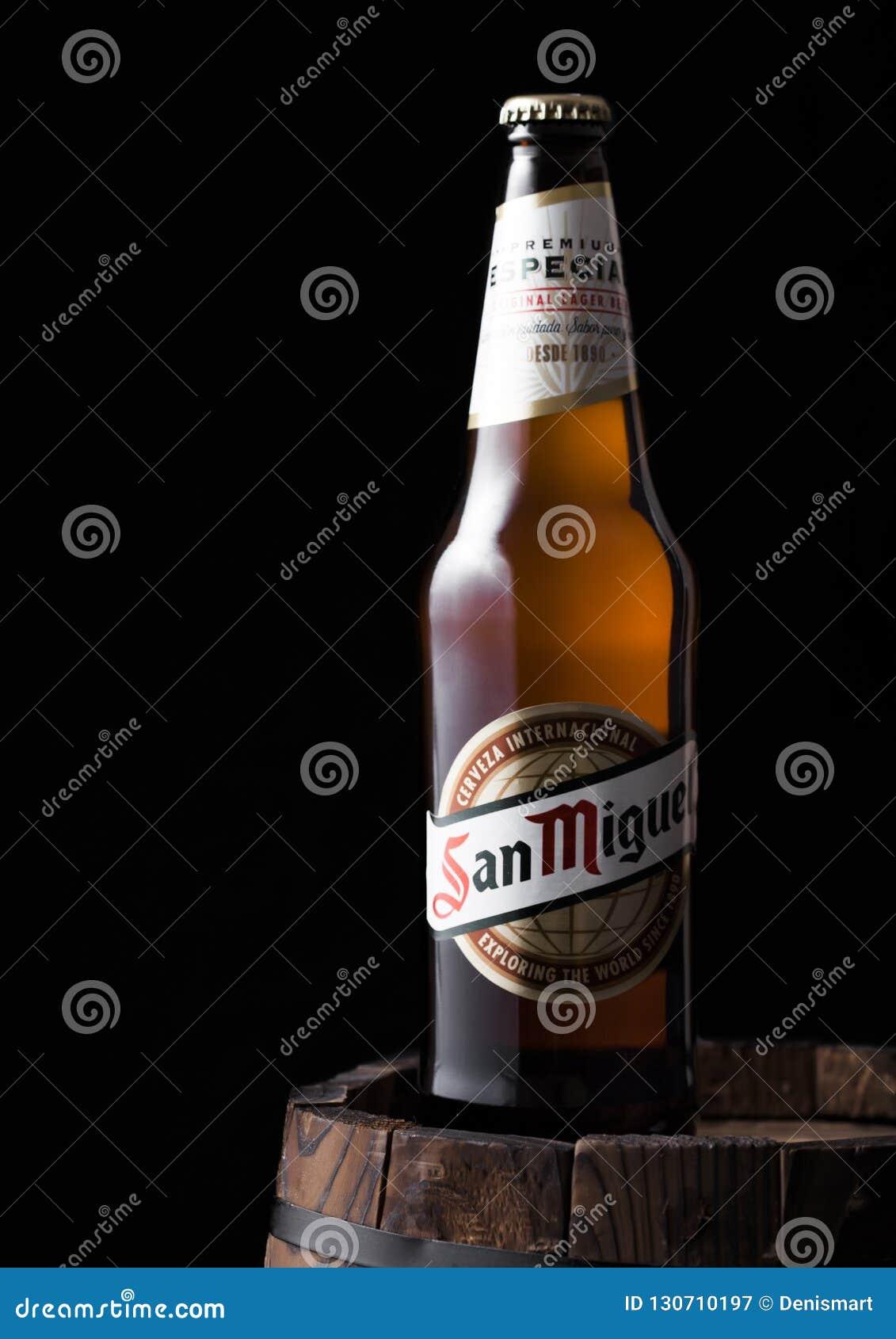 LONDRA, REGNO UNITO - 27 APRILE 2018: Bottiglia della birra chiara di San Miguel sopra il vecchio barilotto di legno