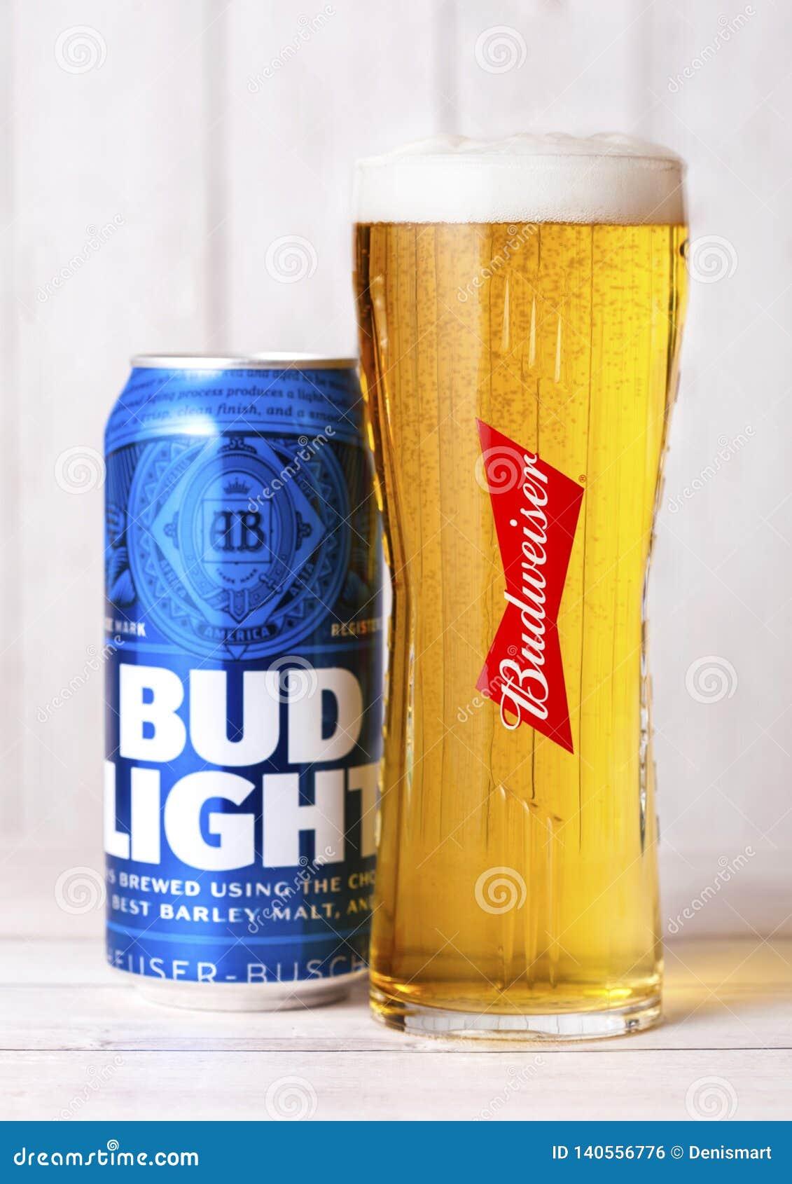 LONDRA, REGNO UNITO - 27 APRILE 2018: Latta di alluminio di Budweiser Bud Light Beer su fondo di legno con vetro originale