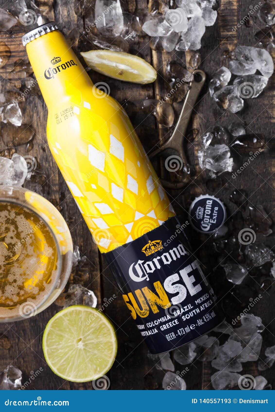 LONDRA, REGNO UNITO - 6 FEBBRAIO 2019: Bottiglia d acciaio di Corona Extra Beer Sunset Edition su fondo di legno con le apribotti