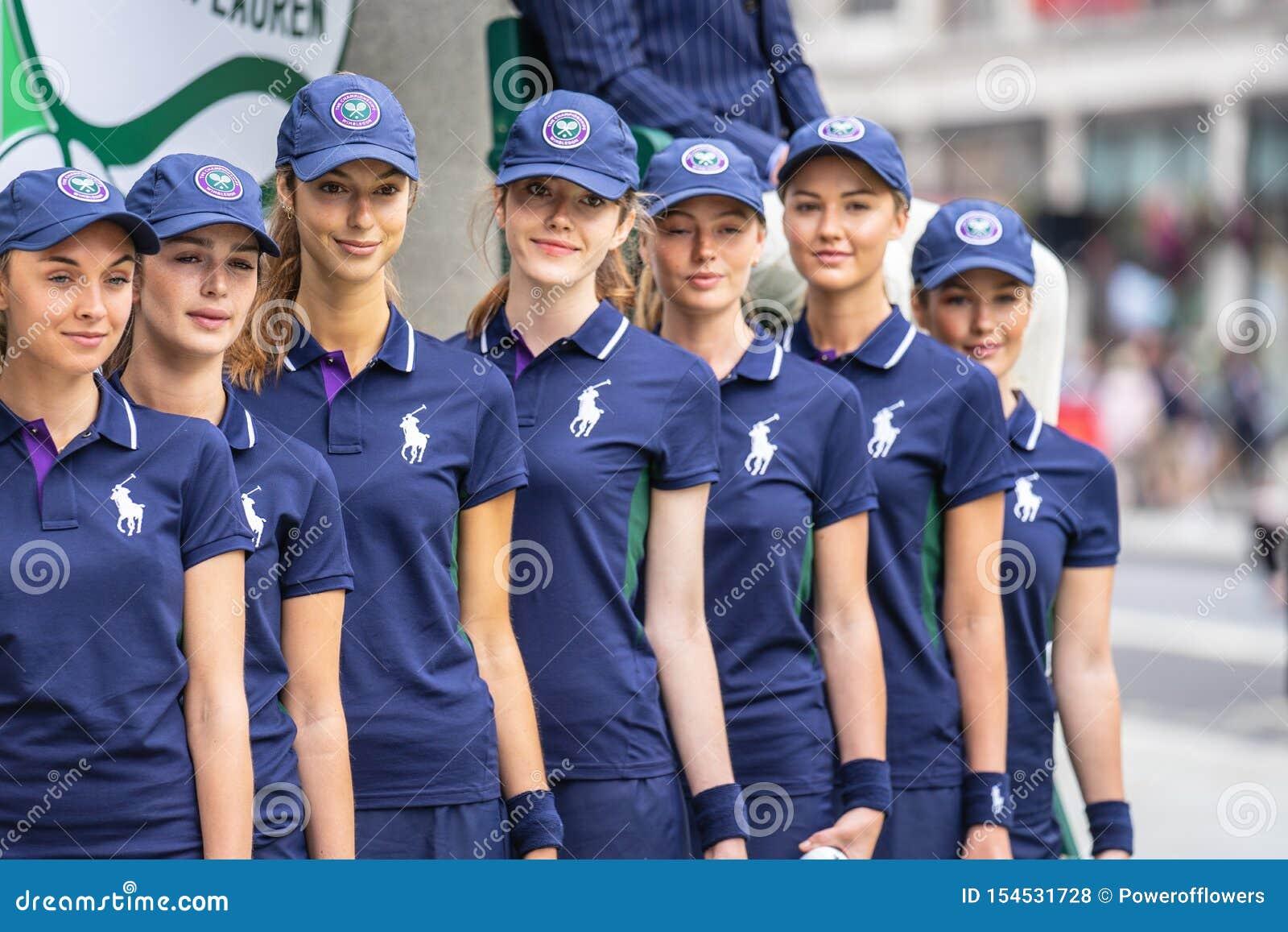Londra, Regno Unito, il 14 luglio 2019 Fotografo che prende le immagini dei modelli sportivi vicino al negozio di Polo Ralph Laur