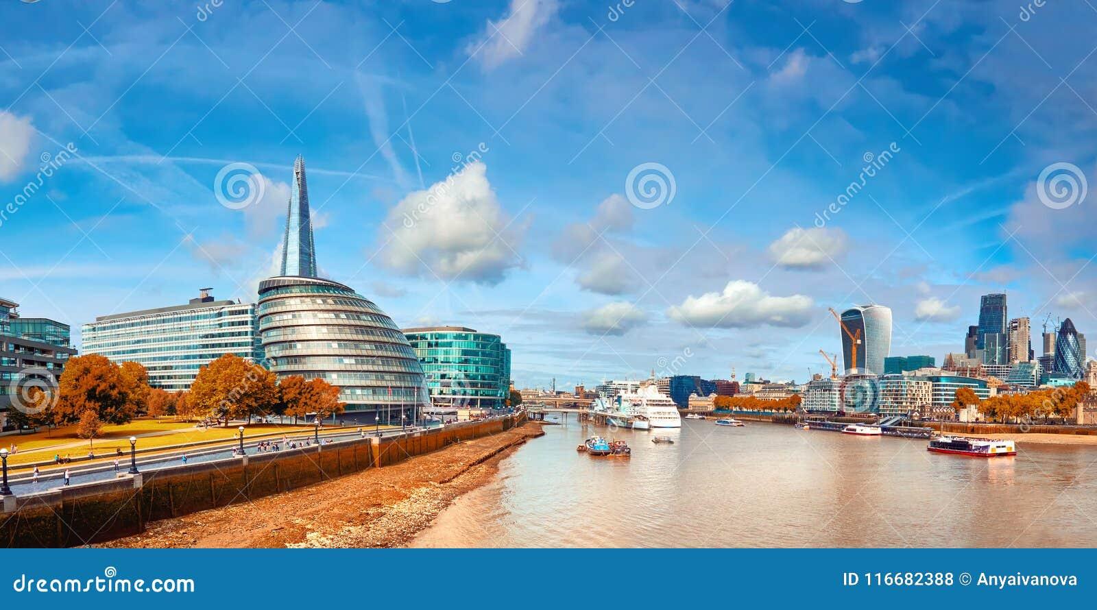 Londres, banco sul da Tamisa em um dia brilhante no outono