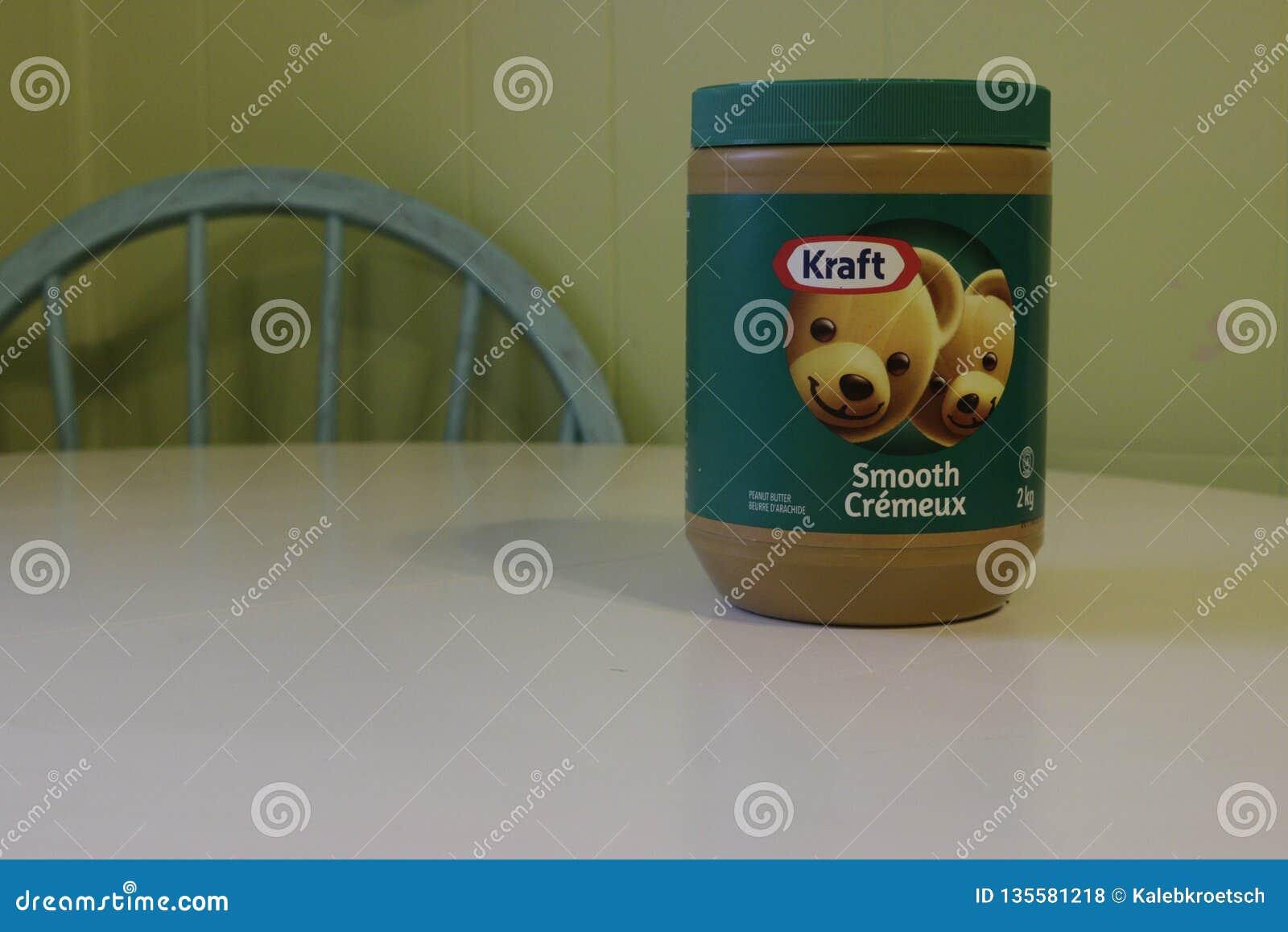 Londres Canadá, el 1 de enero de 2019: Illustrativephoto editorial de la mantequilla de cacahuete lisa de Kraft Kraft es uno de m