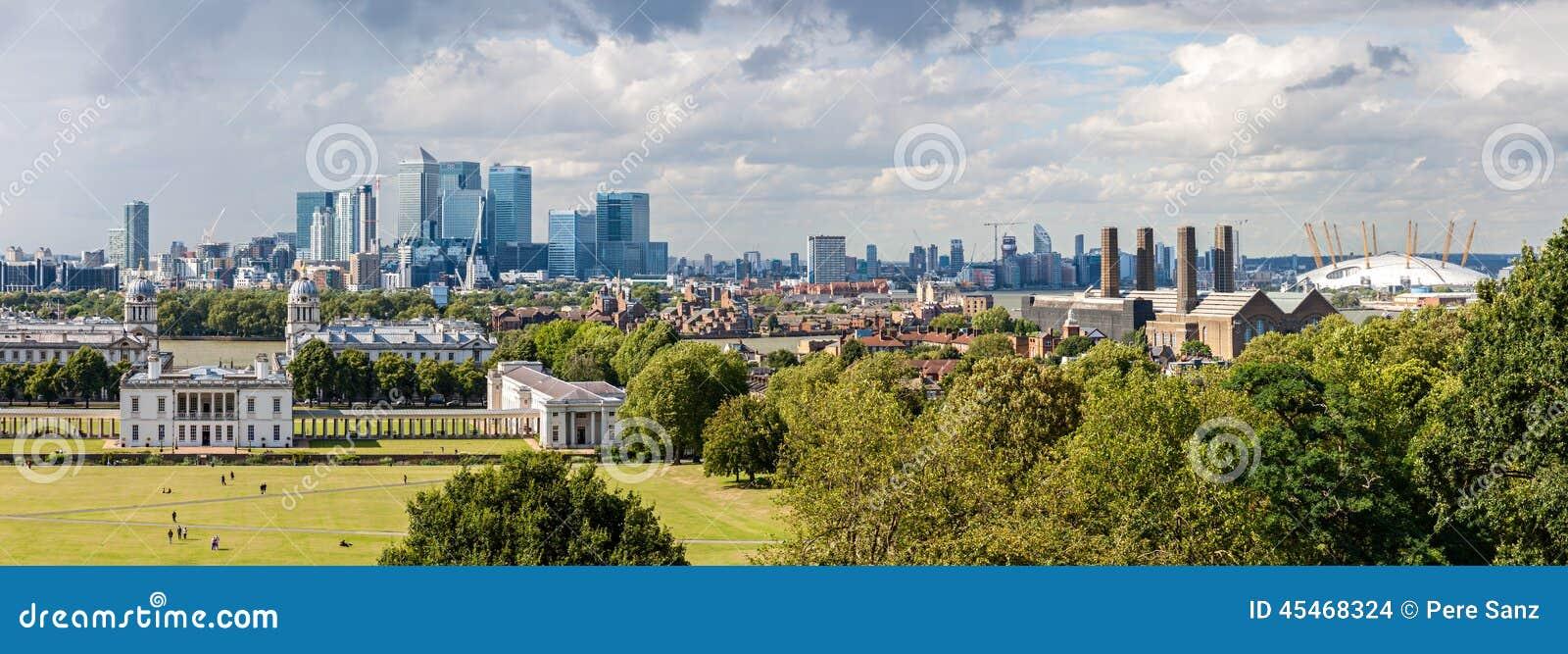 LONDRES - 12 DE AGOSTO: A skyline de Canary Wharf de Greenwich