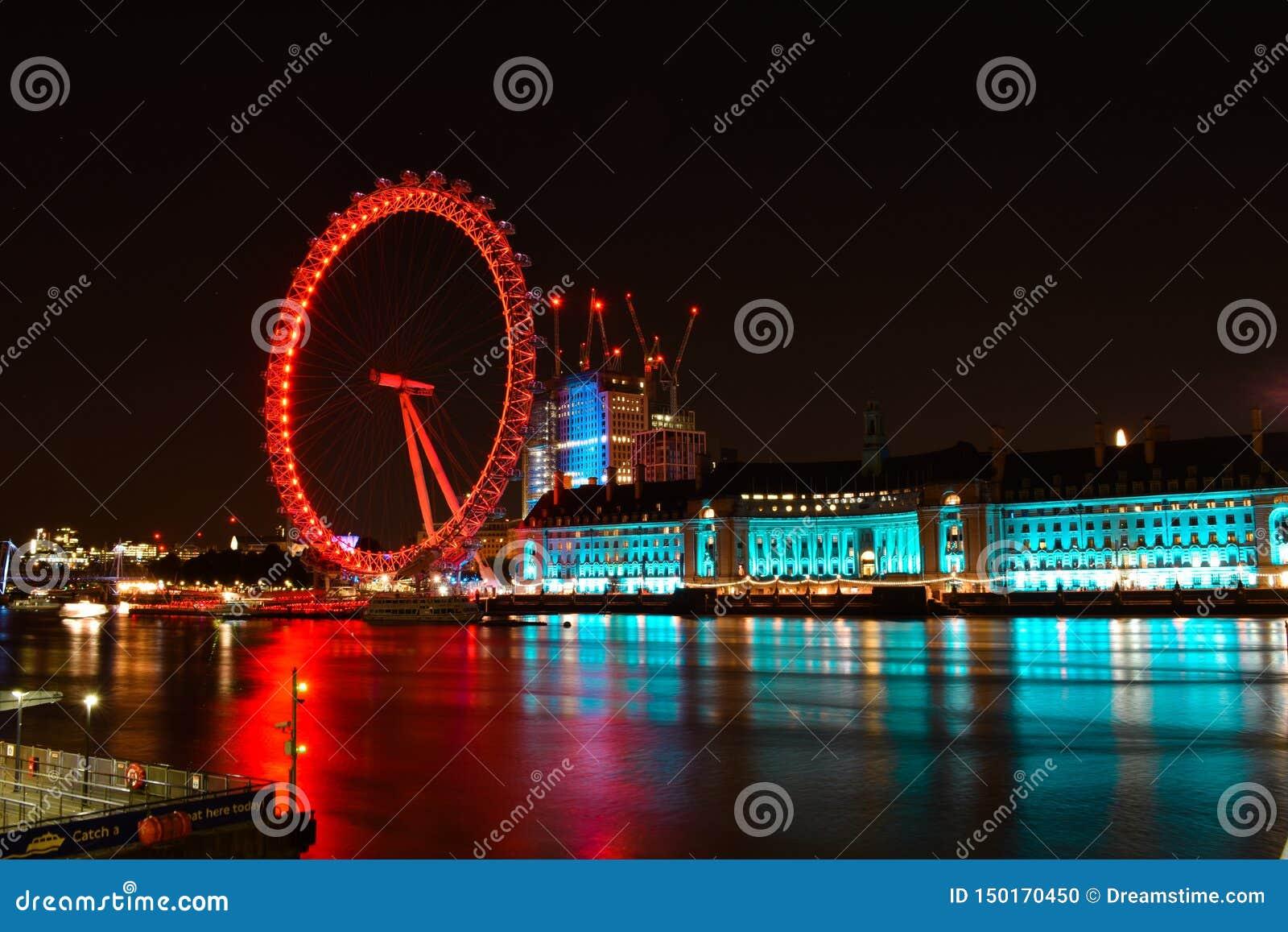 Londres e rio Tamisa no crep?sculo Olho de Londres em Londres