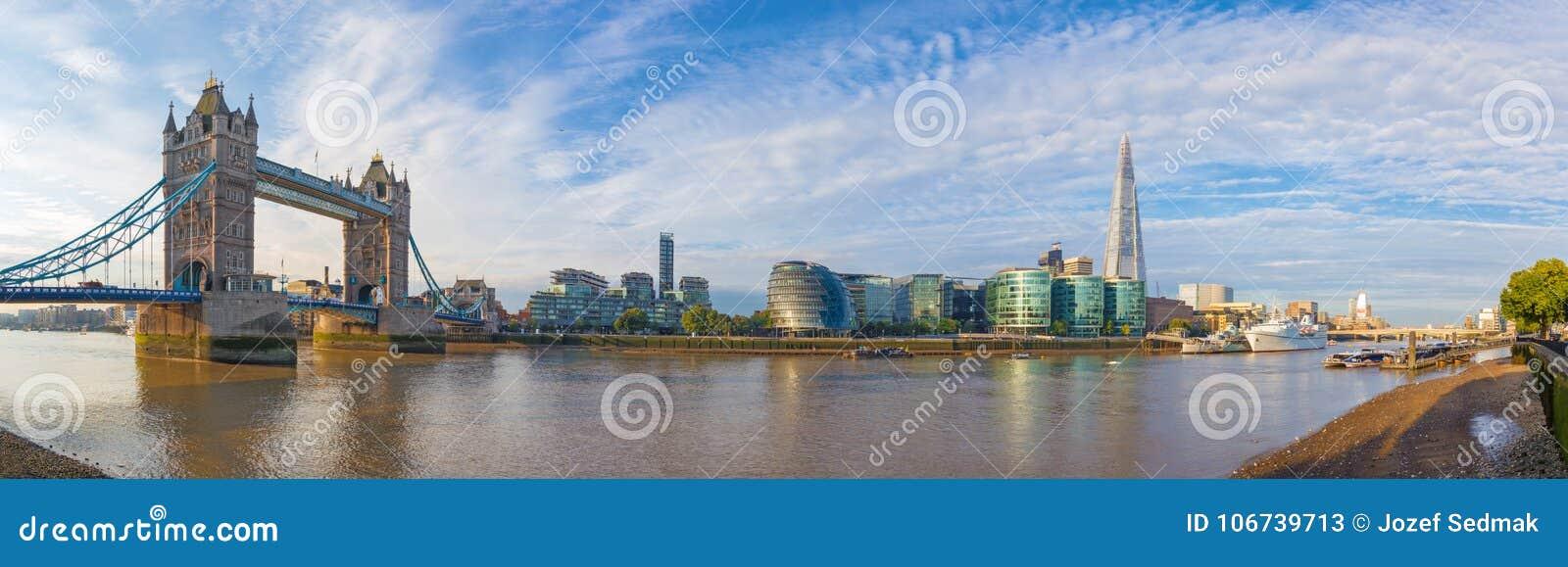 Londres - el panorama con el ayuntamiento del puente de la torre y la orilla en la luz de la mañana