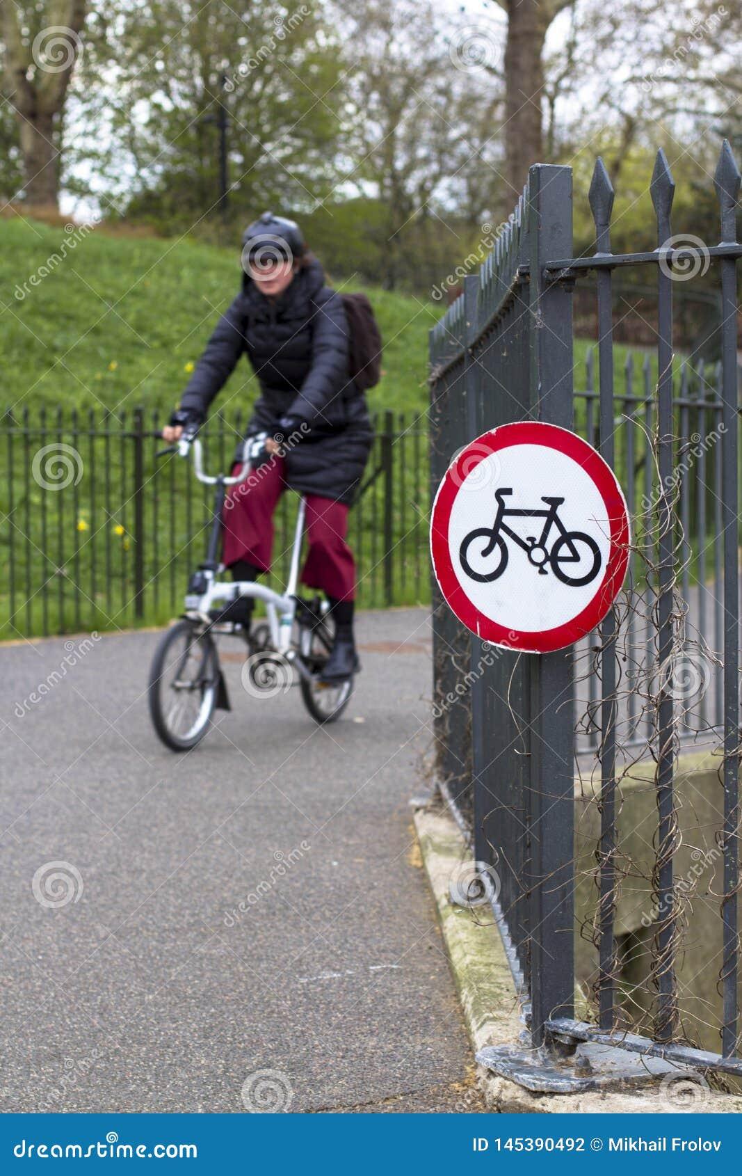 Londres, Gr? Bretanha 12 de abril de 2019 Parque de Battersea Norte da movimenta??o de transporte
