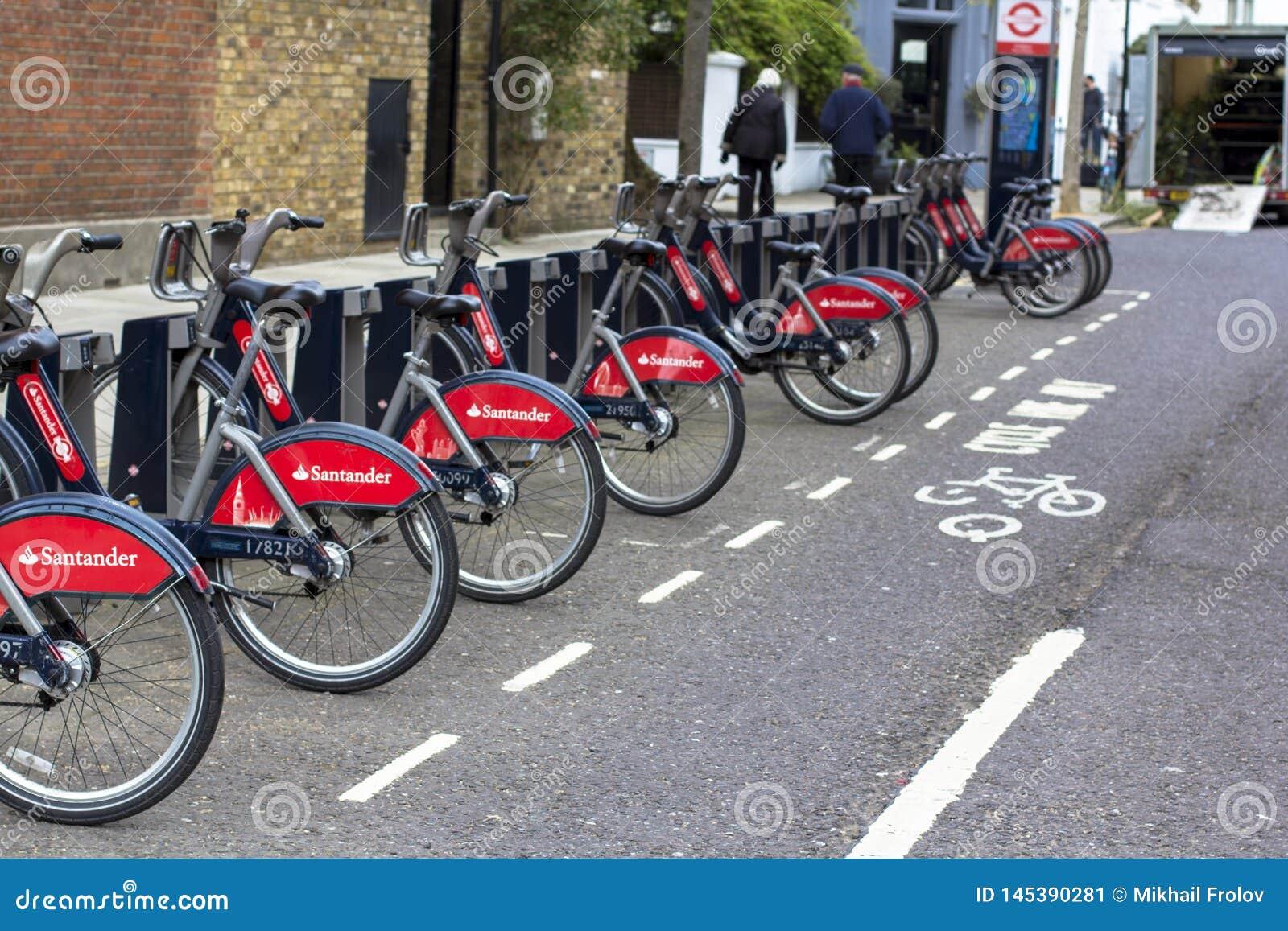 Londres, Gran Breta?a 12 de abril de 2019 Calle de Kensington Bicis del alquiler en Londres con los ciclos de Santander