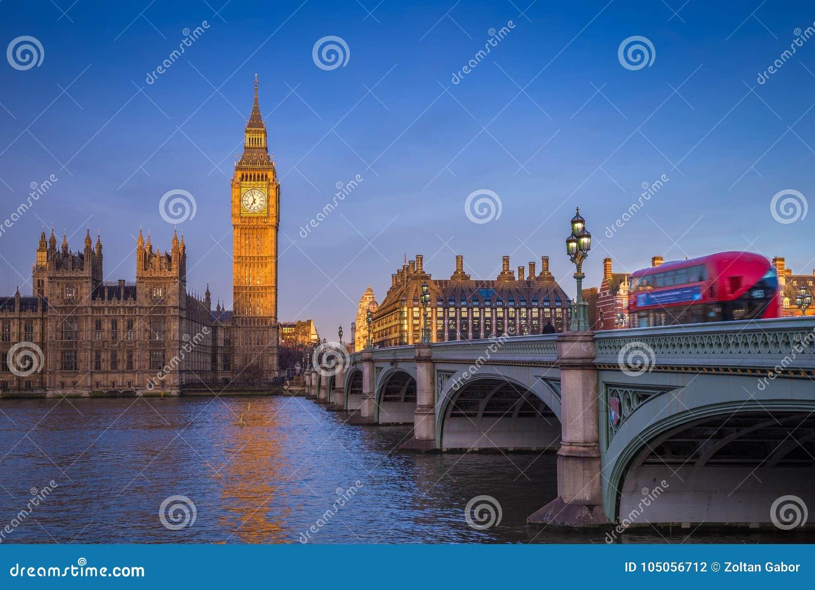 Londres, Inglaterra - Big Ben icónico con las casas del parlamento y del autobús rojo tradicional del autobús de dos pisos