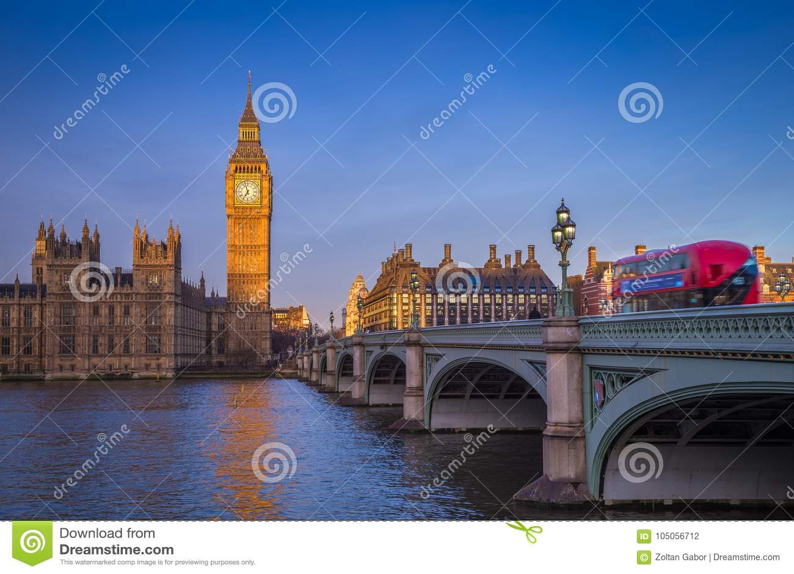 Londres, Inglaterra - Big Ben icônico com as casas do parlamento e do ônibus vermelho tradicional do ônibus de dois andares