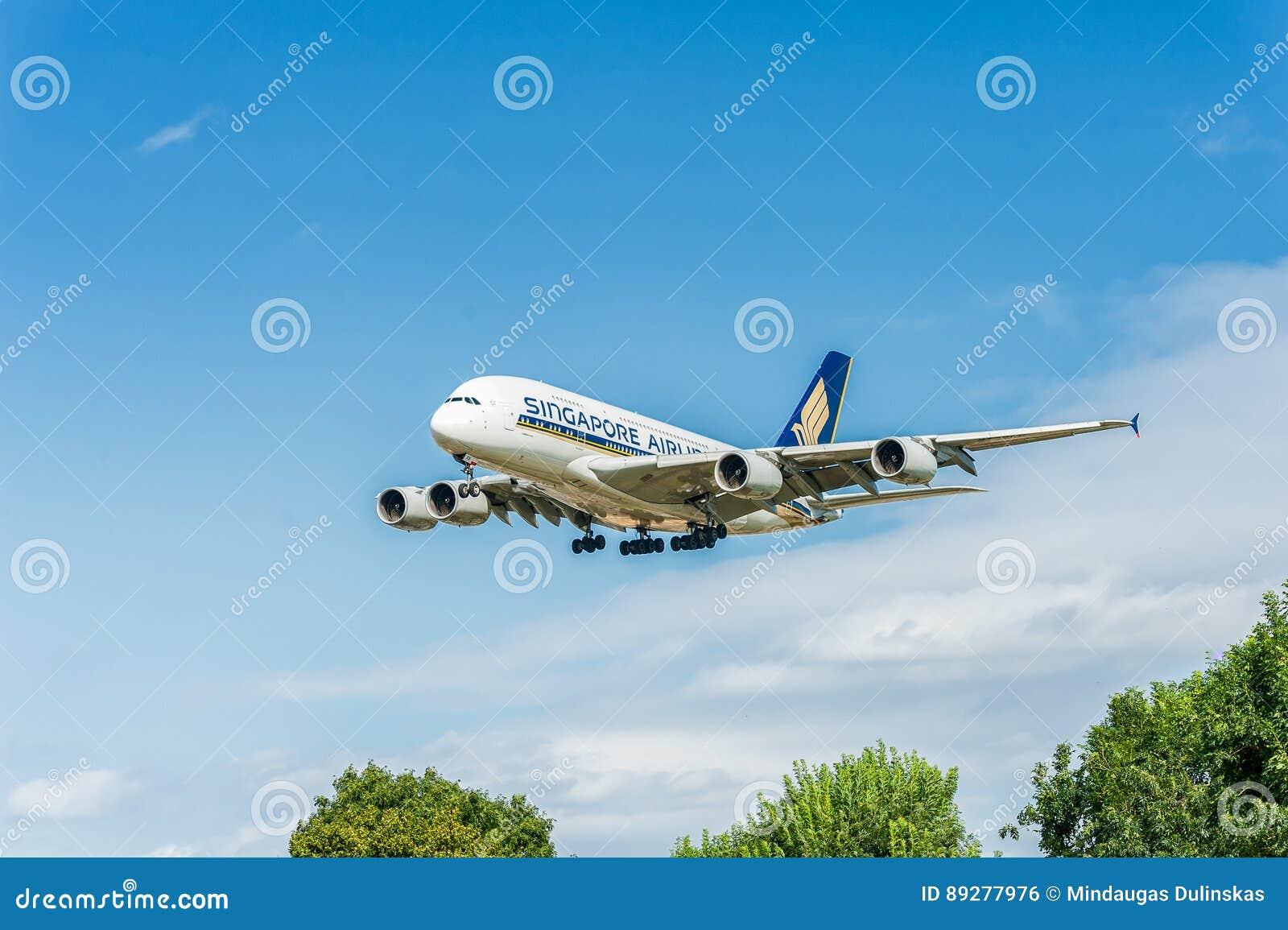 LONDRES, INGLATERRA - 22 DE AGOSTO DE 2016: Aterrissagem de 9V-SKB Singapore Airlines Airbus A380 no aeroporto de Heathrow, Londr