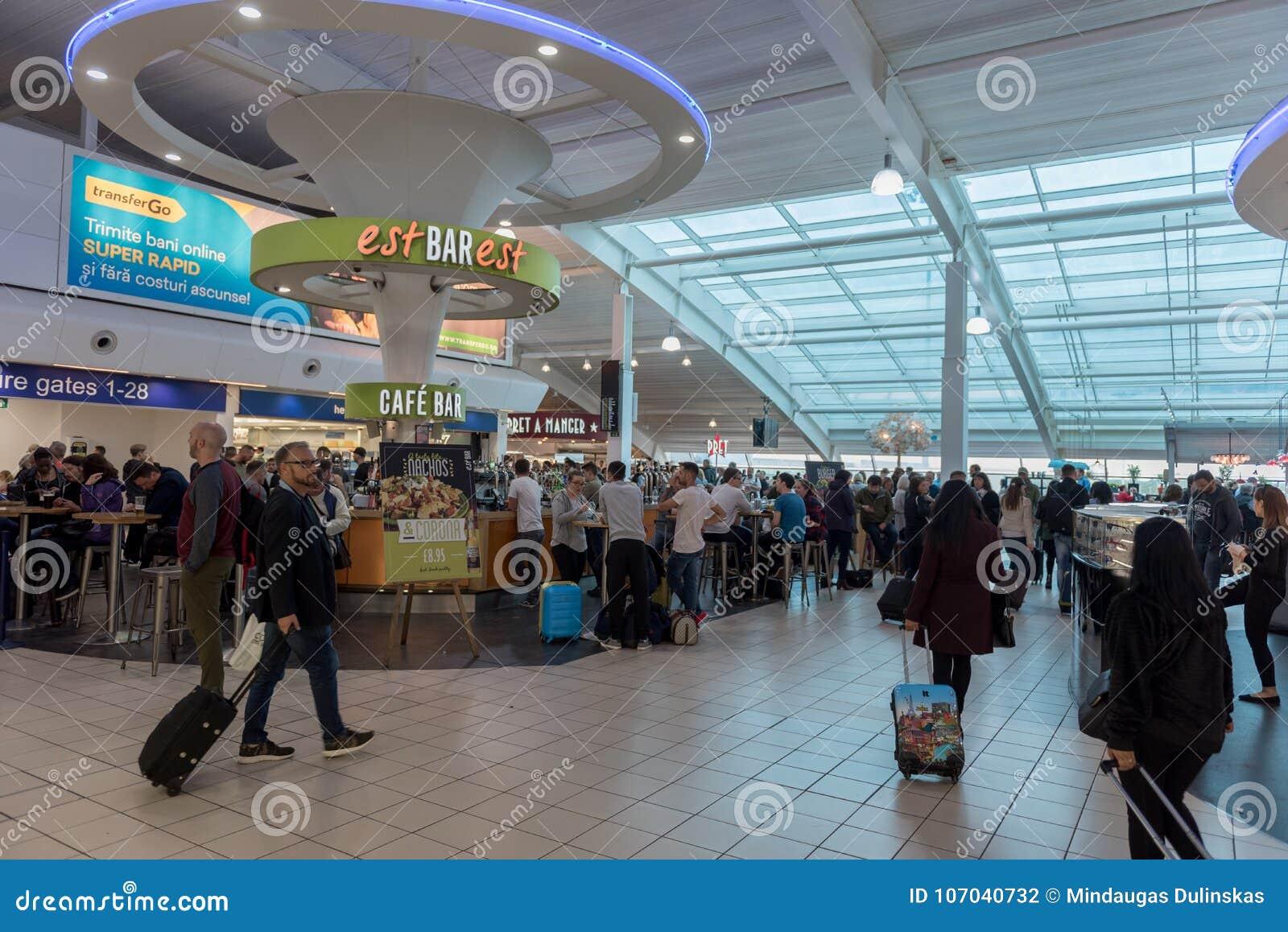 LONDRES, INGLATERRA - 29 DE SETEMBRO DE 2017: Área da partida da verificação do aeroporto de Luton com loja isenta de direitos ad