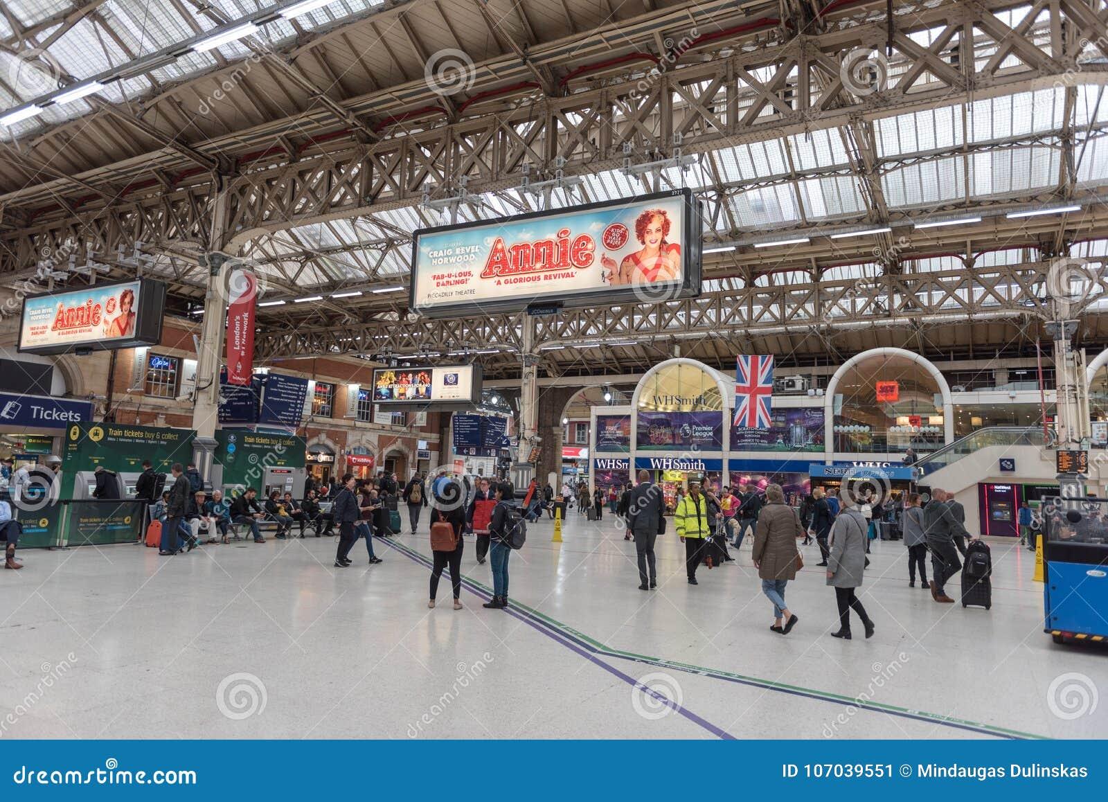 LONDRES, INGLATERRA - 29 DE SETEMBRO DE 2017: Victoria Station em Londres, Inglaterra, Reino Unido