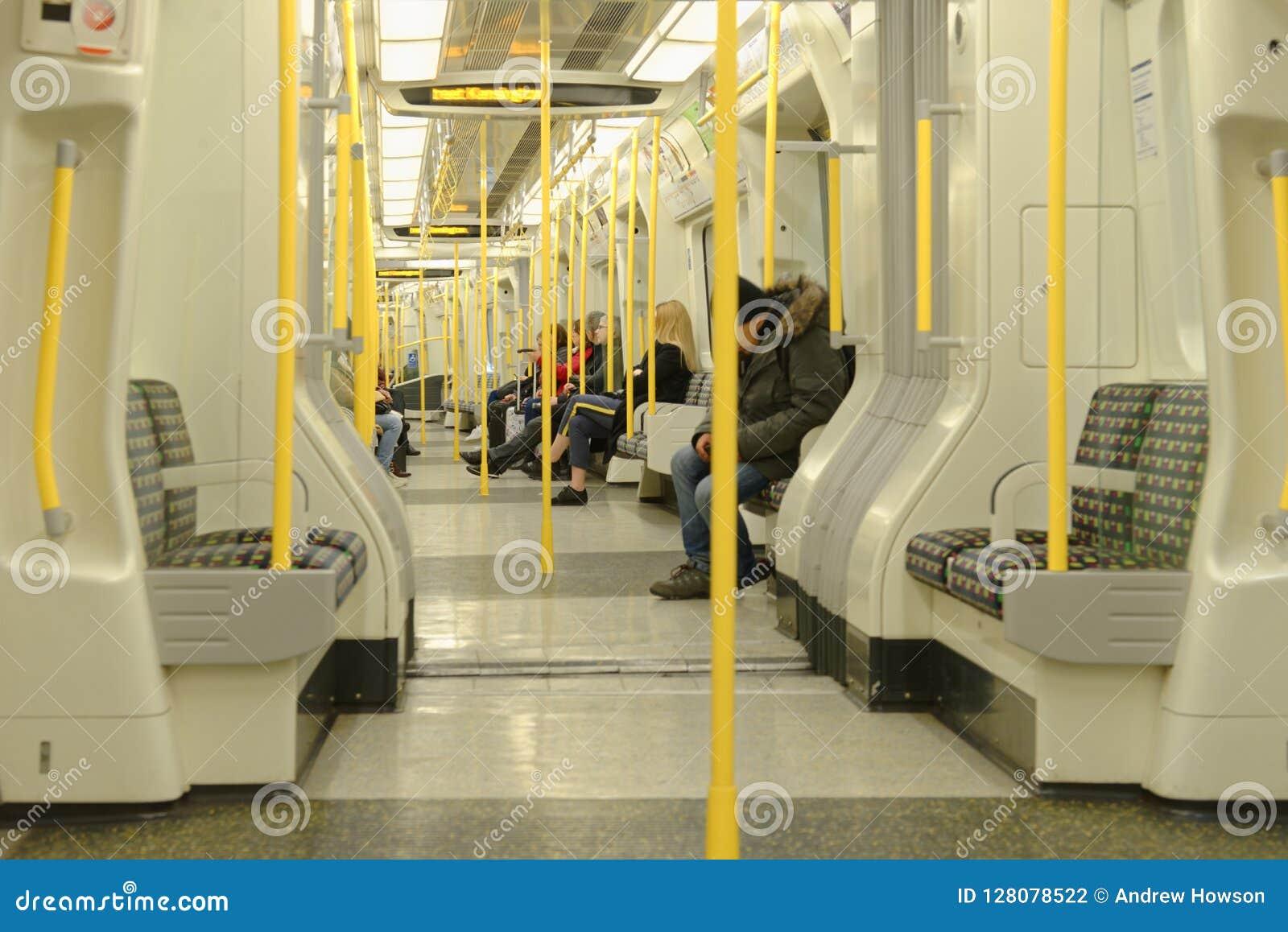 Londres, Inglaterra: interior del tren del tubo moderno