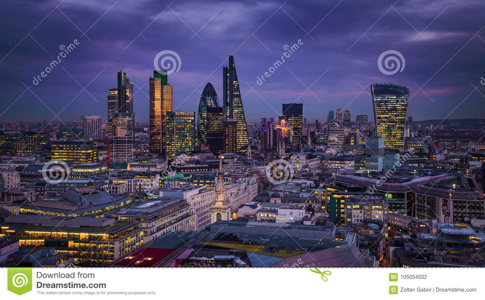 Londres, Inglaterra - opinião panorâmico da skyline do distrito do banco de Londres