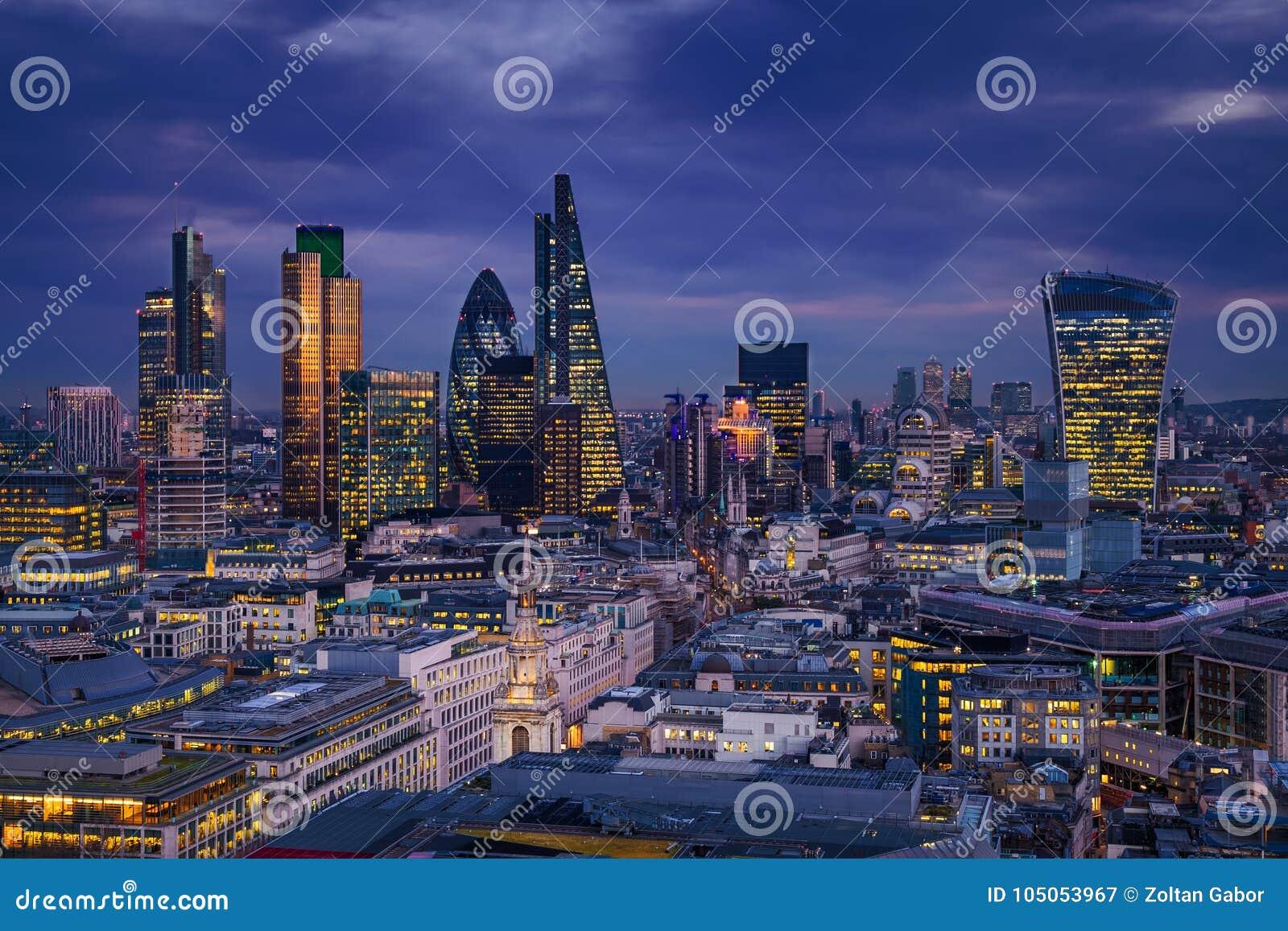 Londres, Inglaterra - opinião panorâmico da skyline do distrito do banco de Londres com os arranha-céus de Canary Wharf