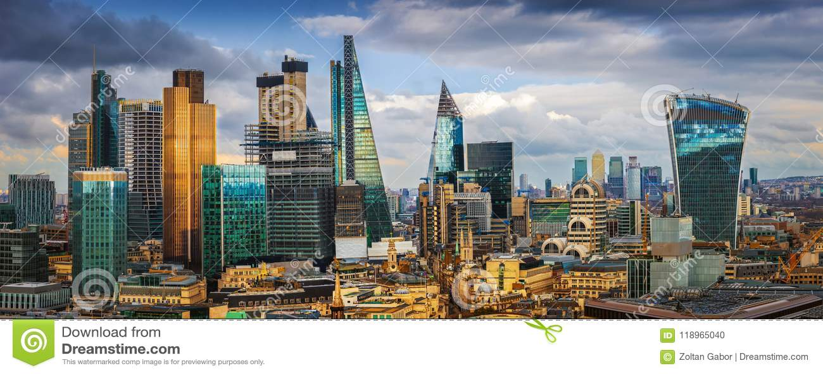 Londres, l Angleterre - vue panoramique d horizon de banque et Canary Wharf, ` central s de Londres menant les secteurs financier