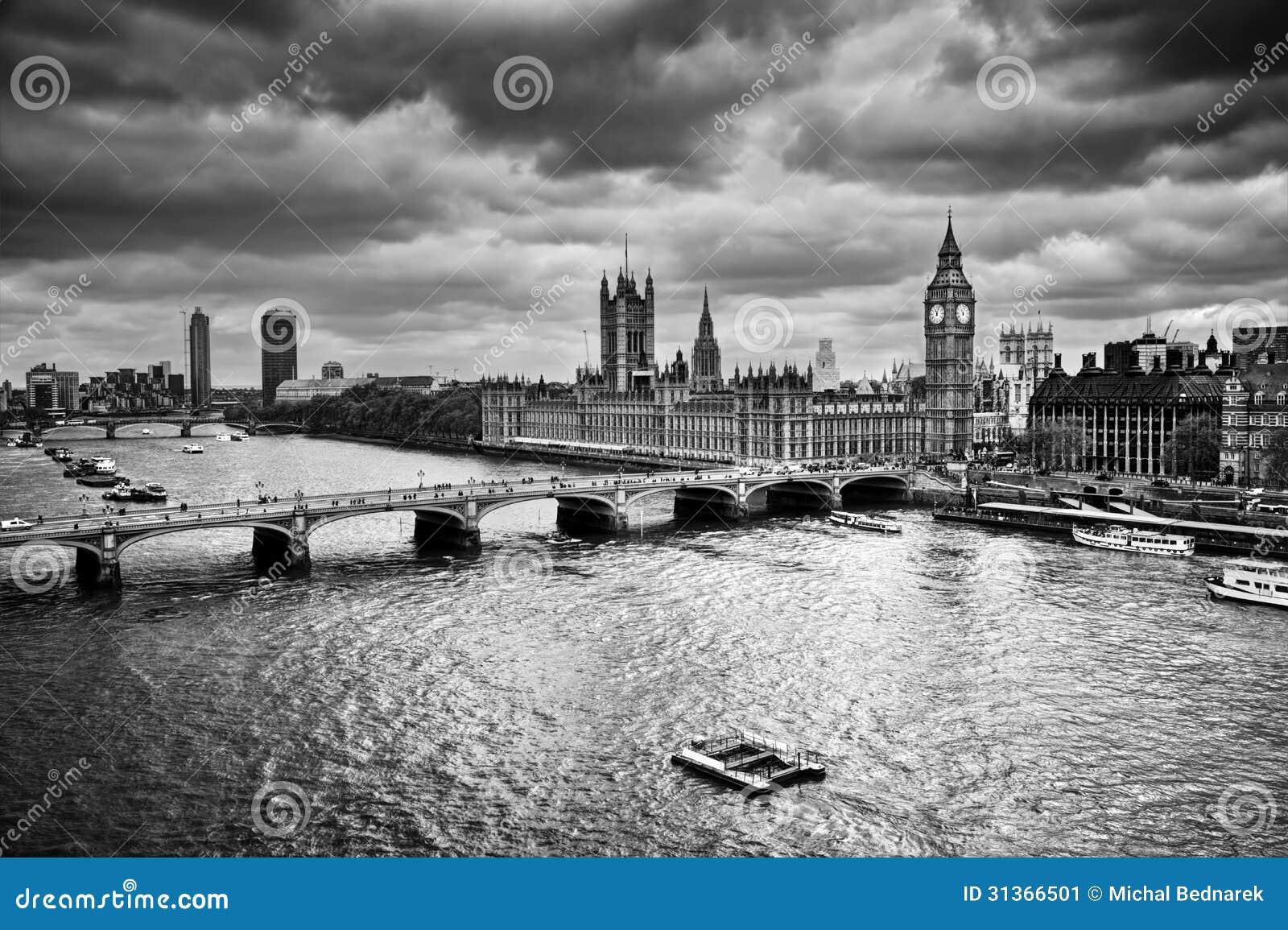 Londres, o Reino Unido. Big Ben, o palácio de Westminster em preto e branco