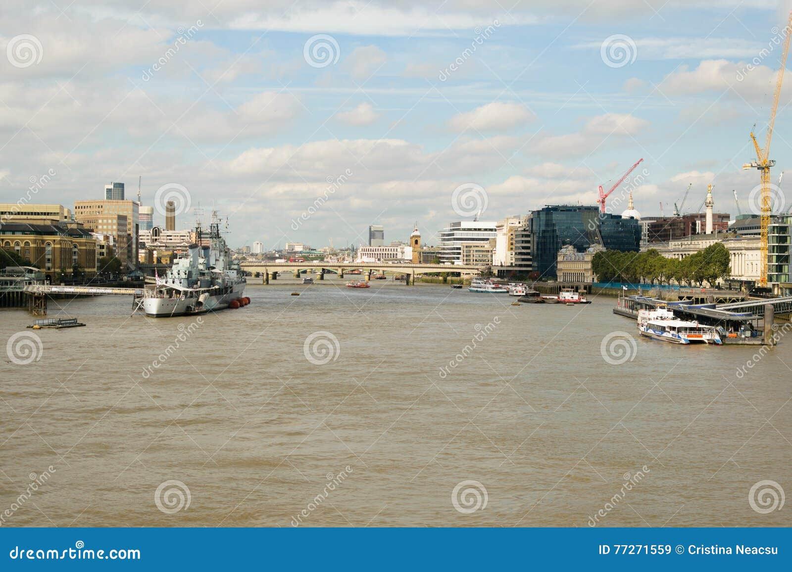 Londres R U 31 Ao T 2016 Vue De Bateau De Hms Belfast Sur La Tamise Avec La Tour Du Pont De