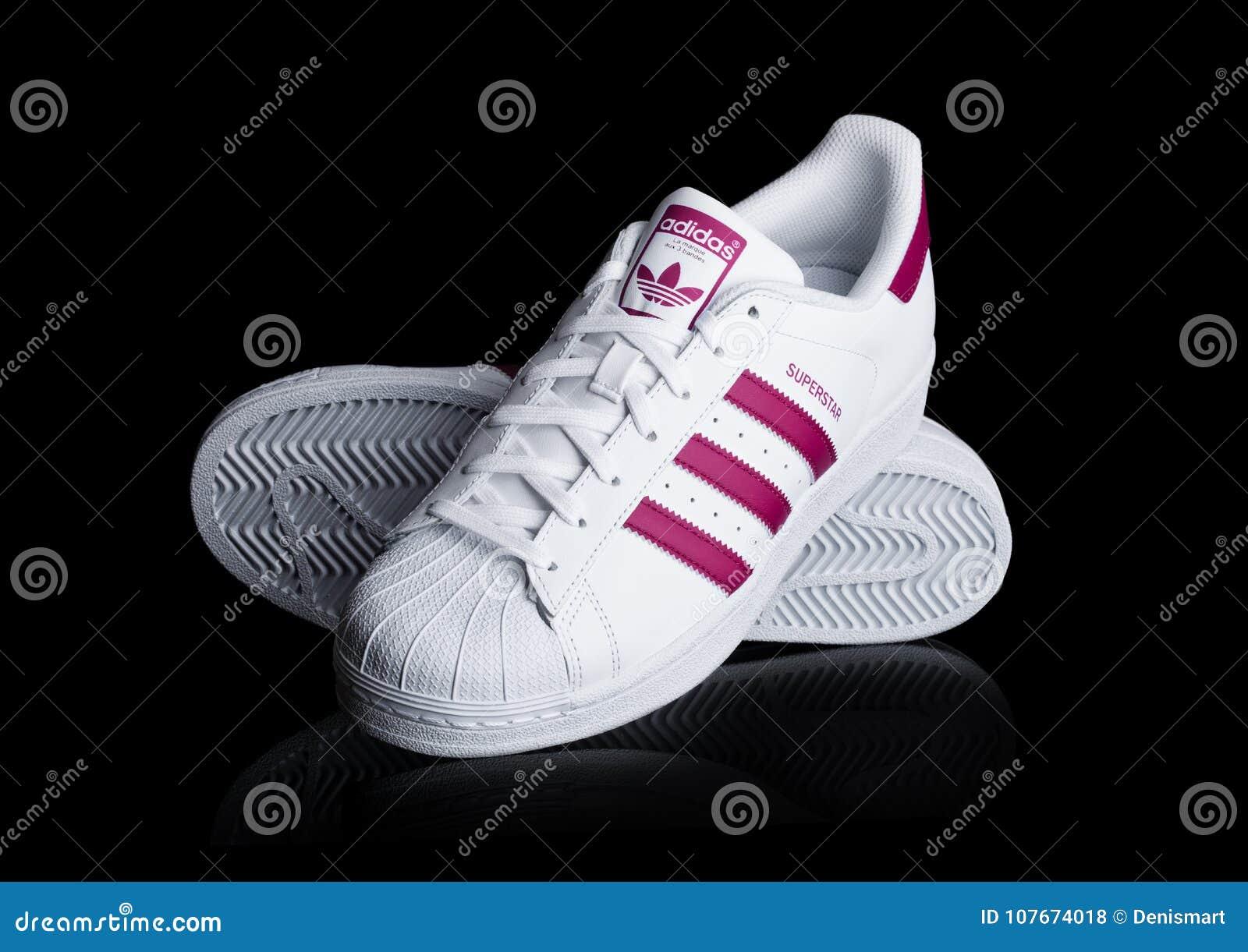 buy online 1823a 59f97 LONDRES, REINO UNIDO - 12 DE ENERO DE 2018  Zapatos rojos de la  superestrella de Adidas Originals en fondo negro Sociedad multinacional  alemana que diseña y ...