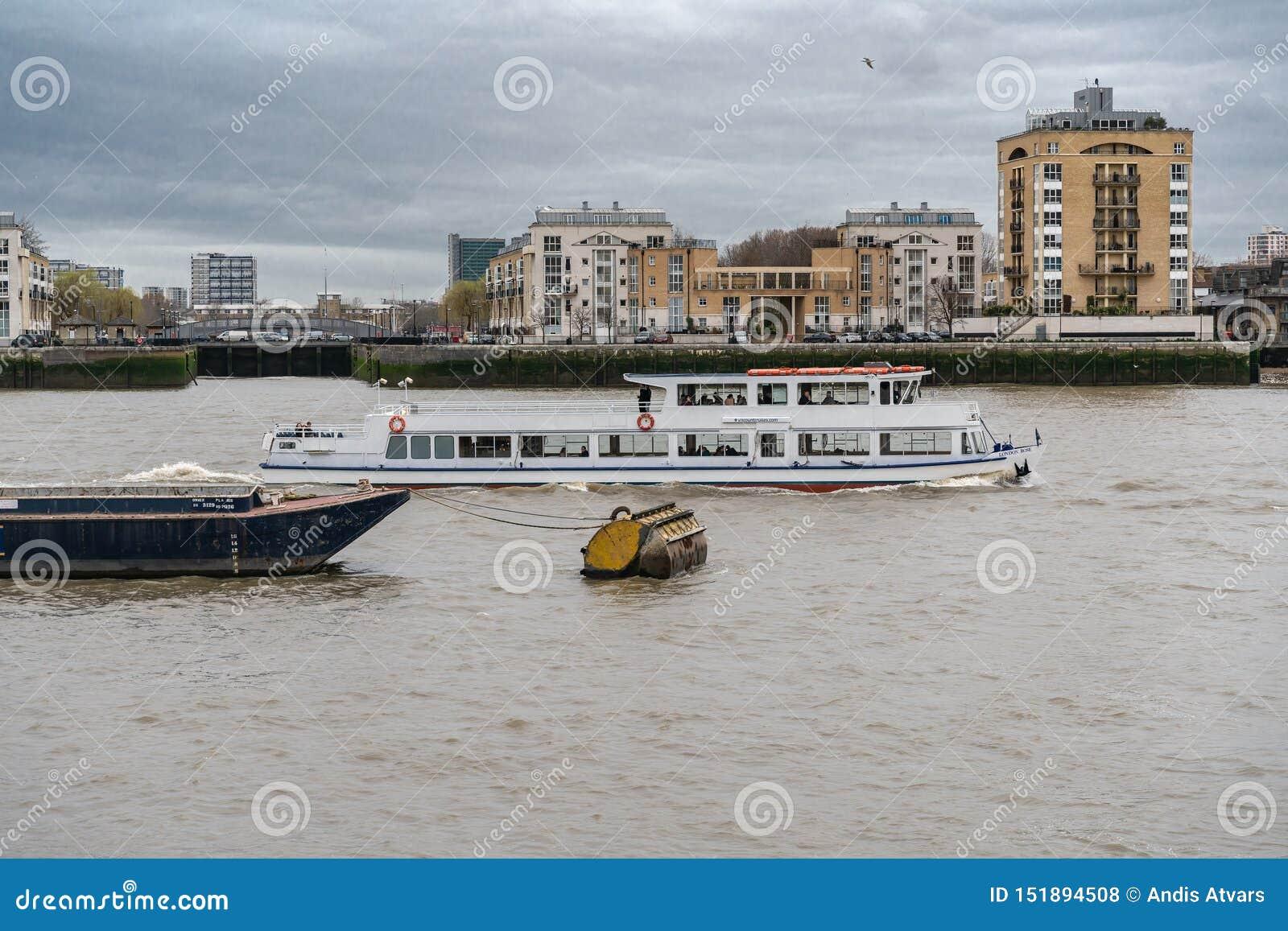 Londres, Reino Unido - 5 de março de 2019: Barco de turista no rio Tamisa Londres Inglaterra Reino Unido