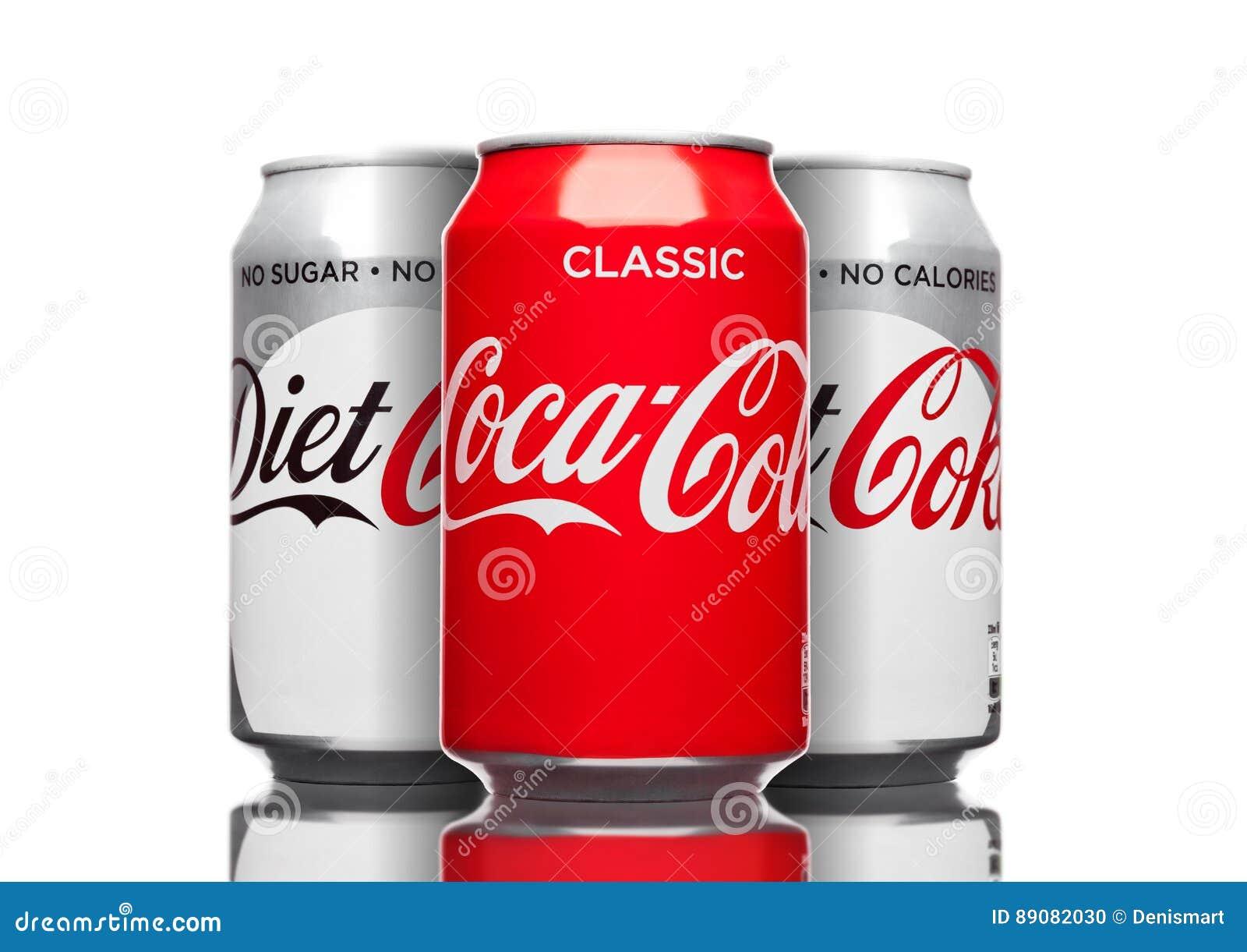 LONDRES, REINO UNIDO - 21 DE MARÇO DE 2017: Latas de Coca Cola clássicas e bebida da dieta no branco A bebida é produzida e manuf