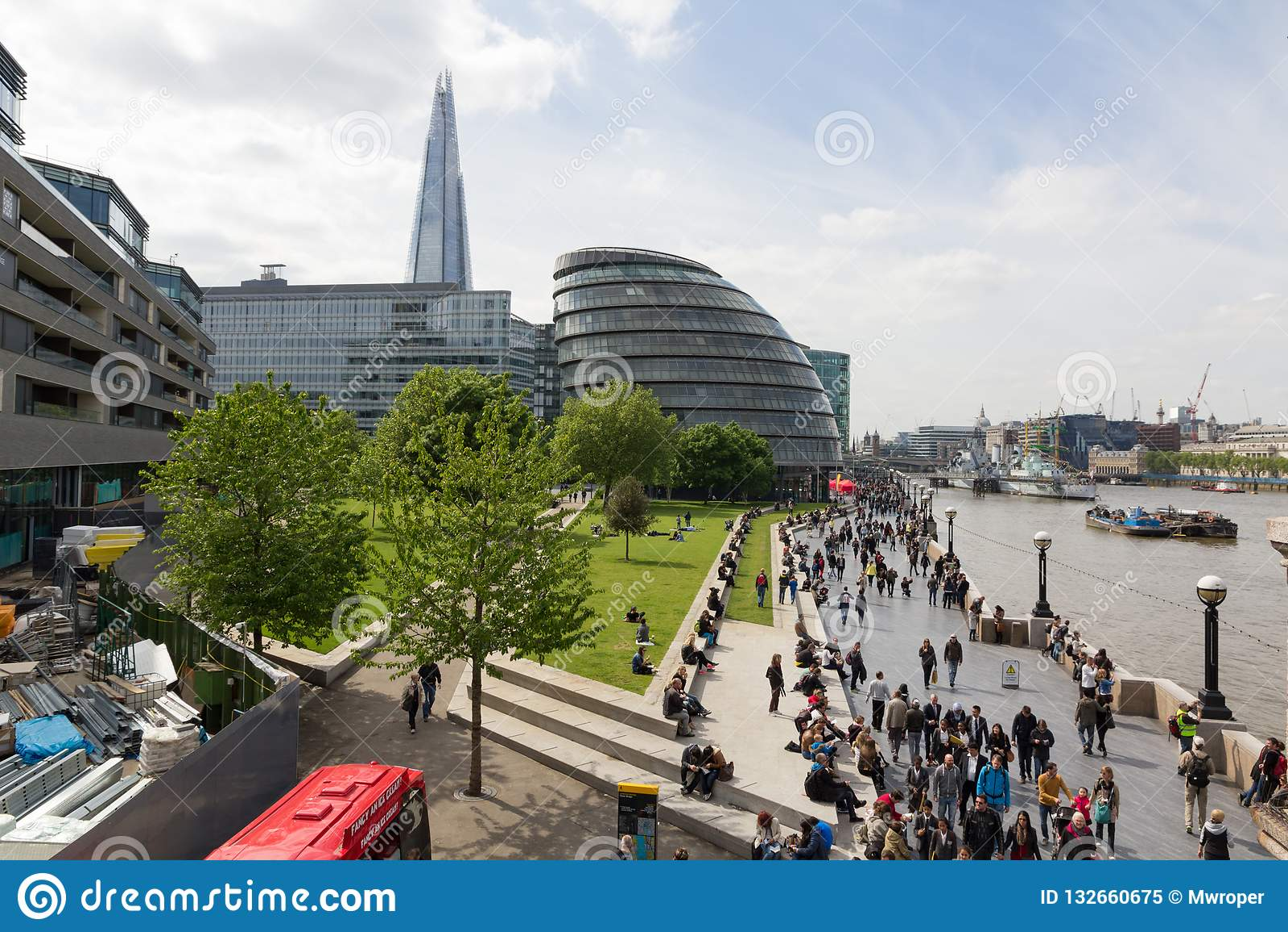 LONDRES, REINO UNIDO - 15 DE MAYO DE 2015 - el Southbank con muchos