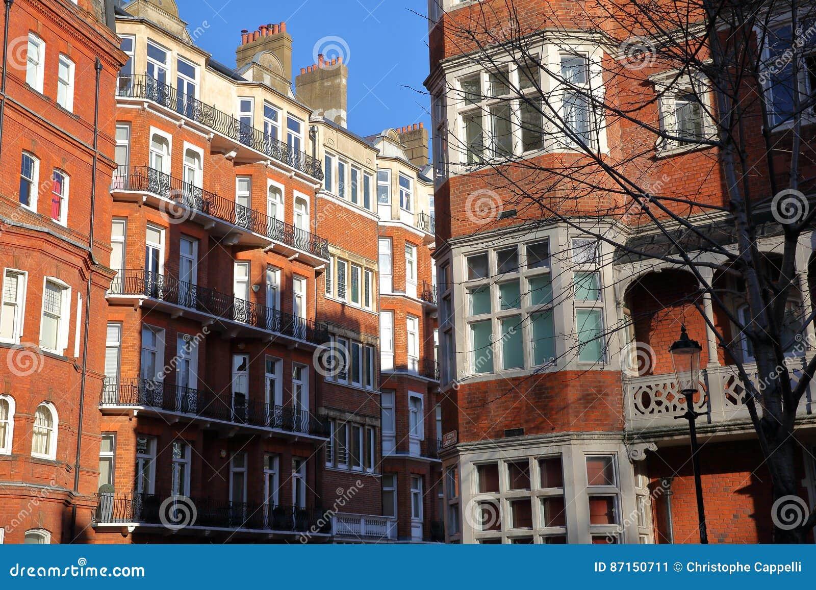 LONDRES, REINO UNIDO - 28 DE NOVIEMBRE DE 2016: Fachadas Victorianas ...