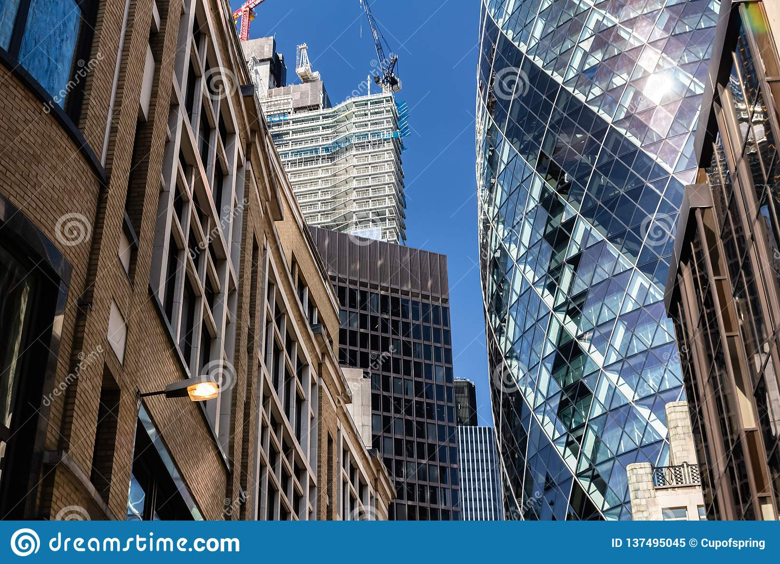 Londres, Reino Unido - 2 de septiembre de 2018: 30 St Mary Axe aka el rascacielos de Gerkin en la ciudad de Londres