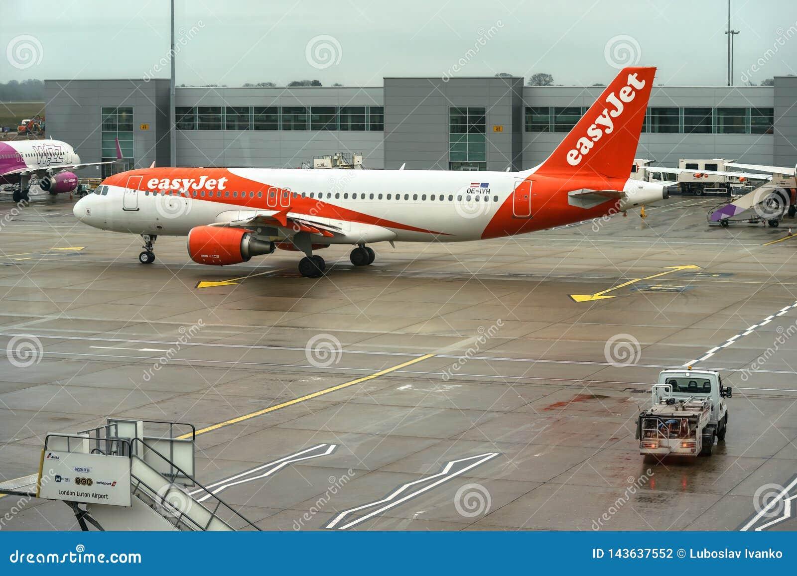 Londres, Royaume-Uni - 5 février 2019 : Easyjet Airbus attentes d A 320 - 214 à l aéroport de LTN le jet facile, est un britanniq