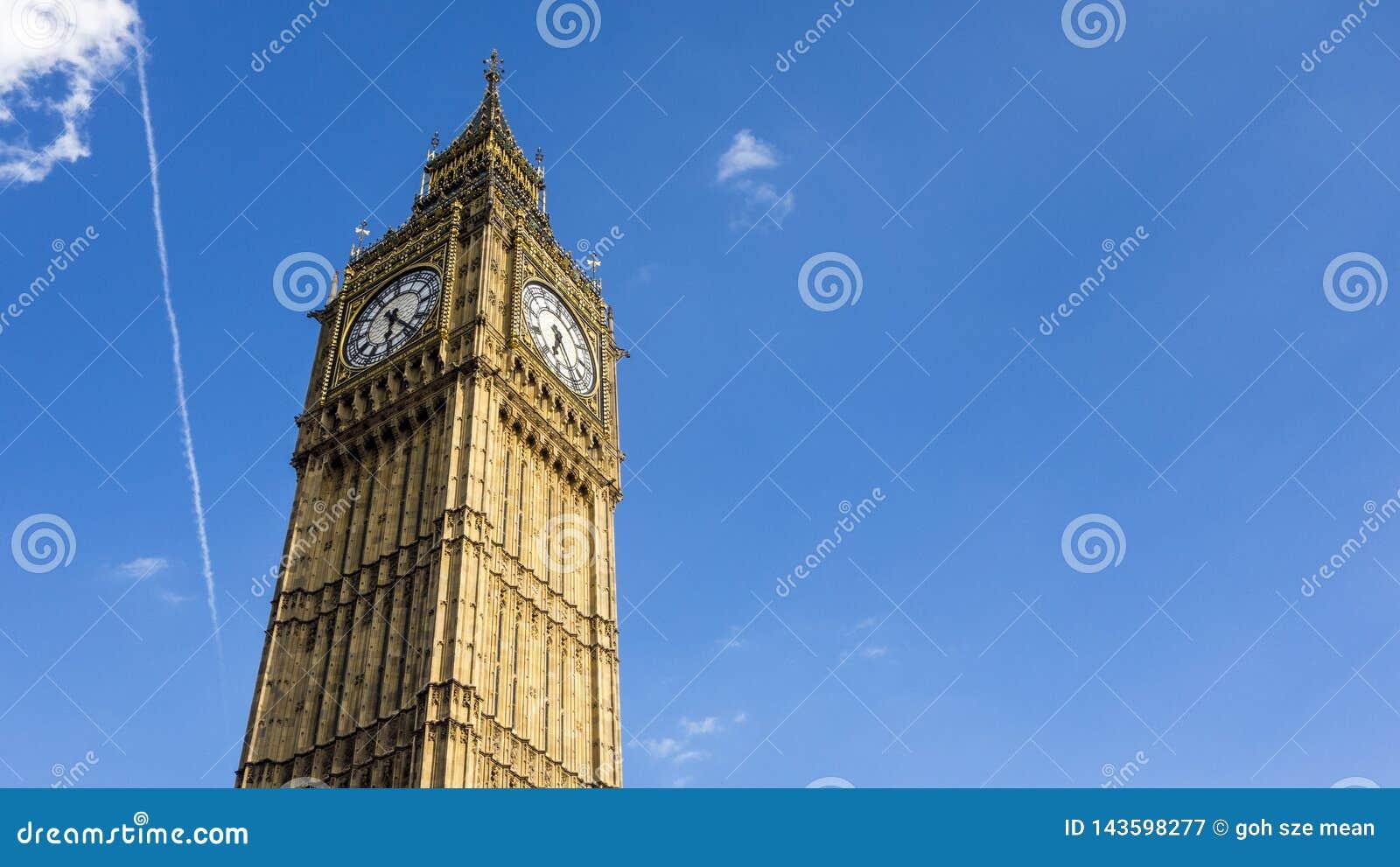 Londyński Big Ben w jasnym niebieskim niebie
