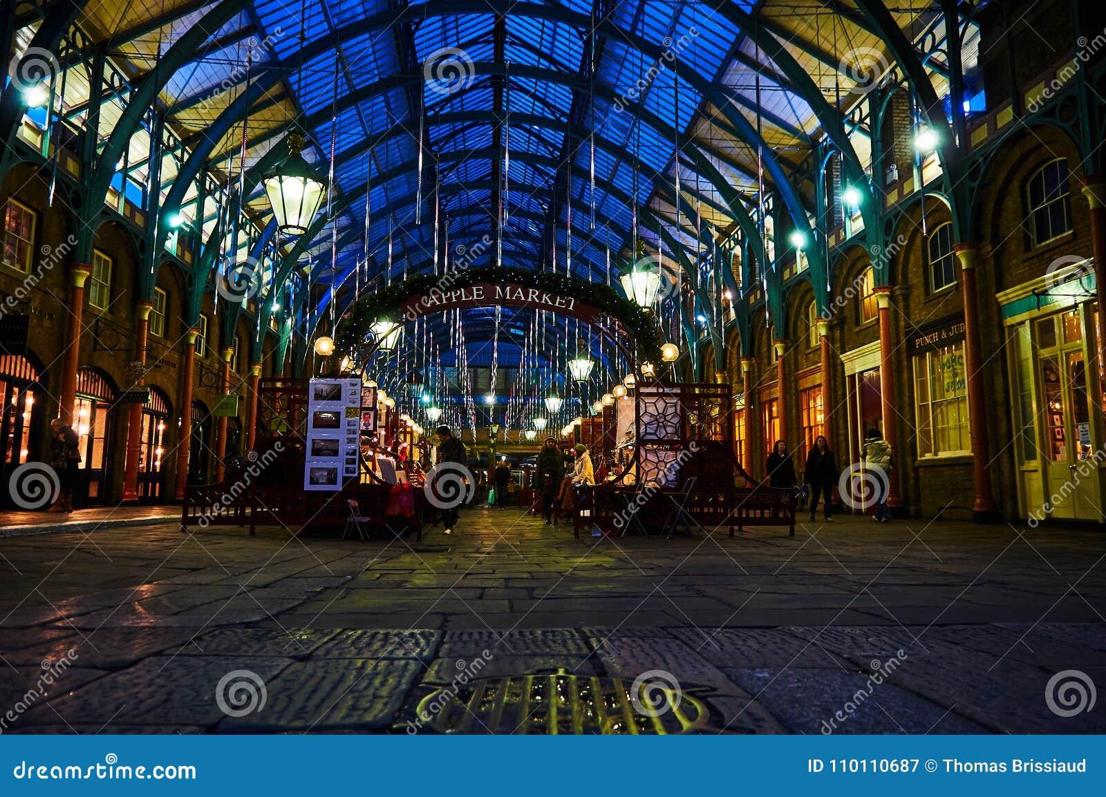 Londyński Covent ogródu cyrkowy wykonawca przy nocą od niskiego pozioma