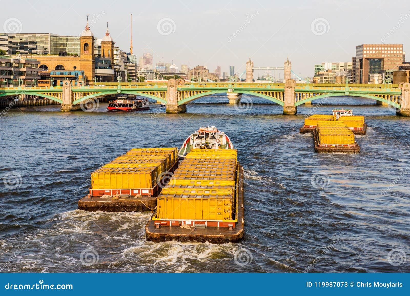 Londyński pejzaż miejski od rzecznego Thames